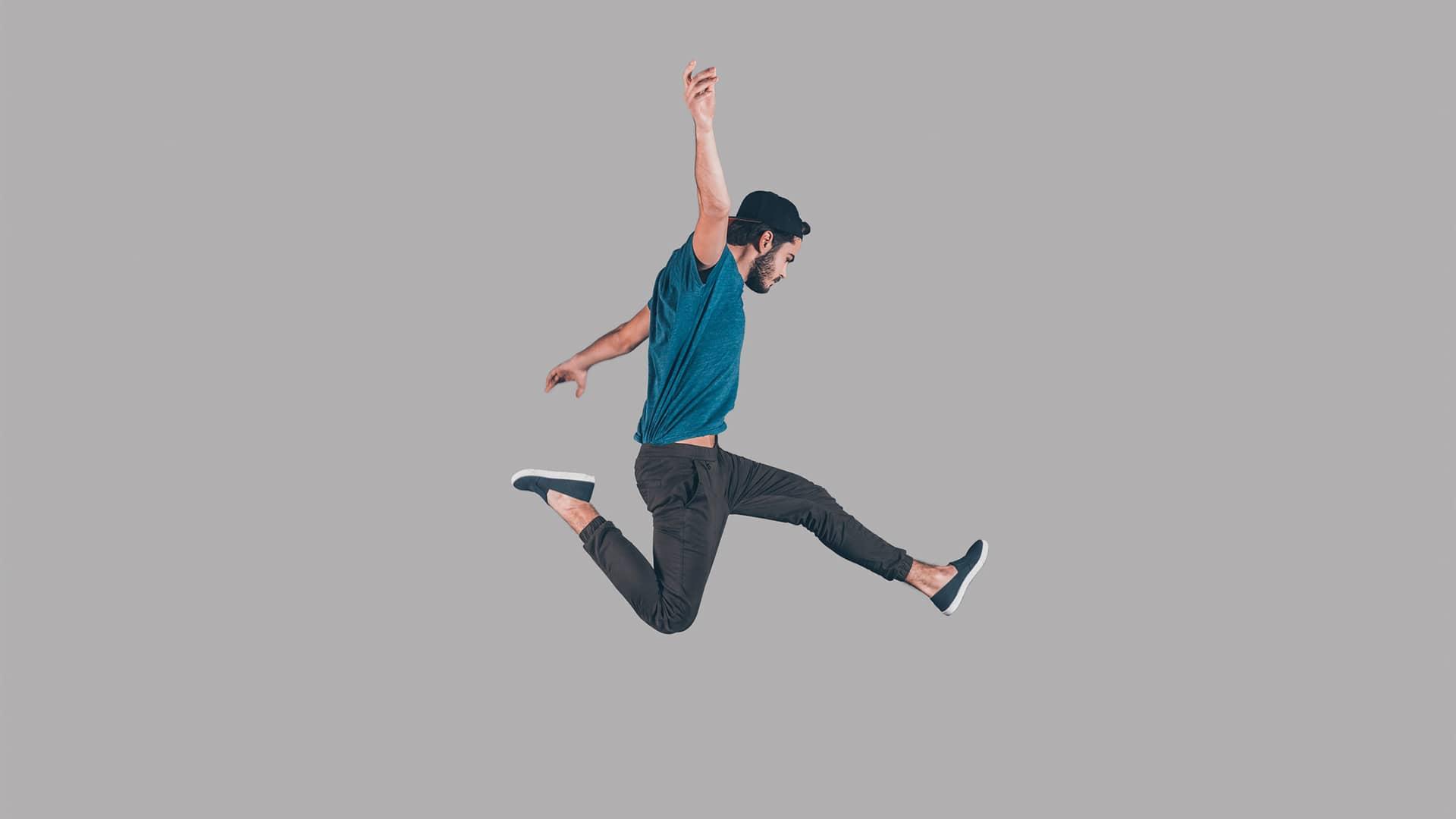Persona saltando que representa la portabilidad de una otra compañia a Adamo