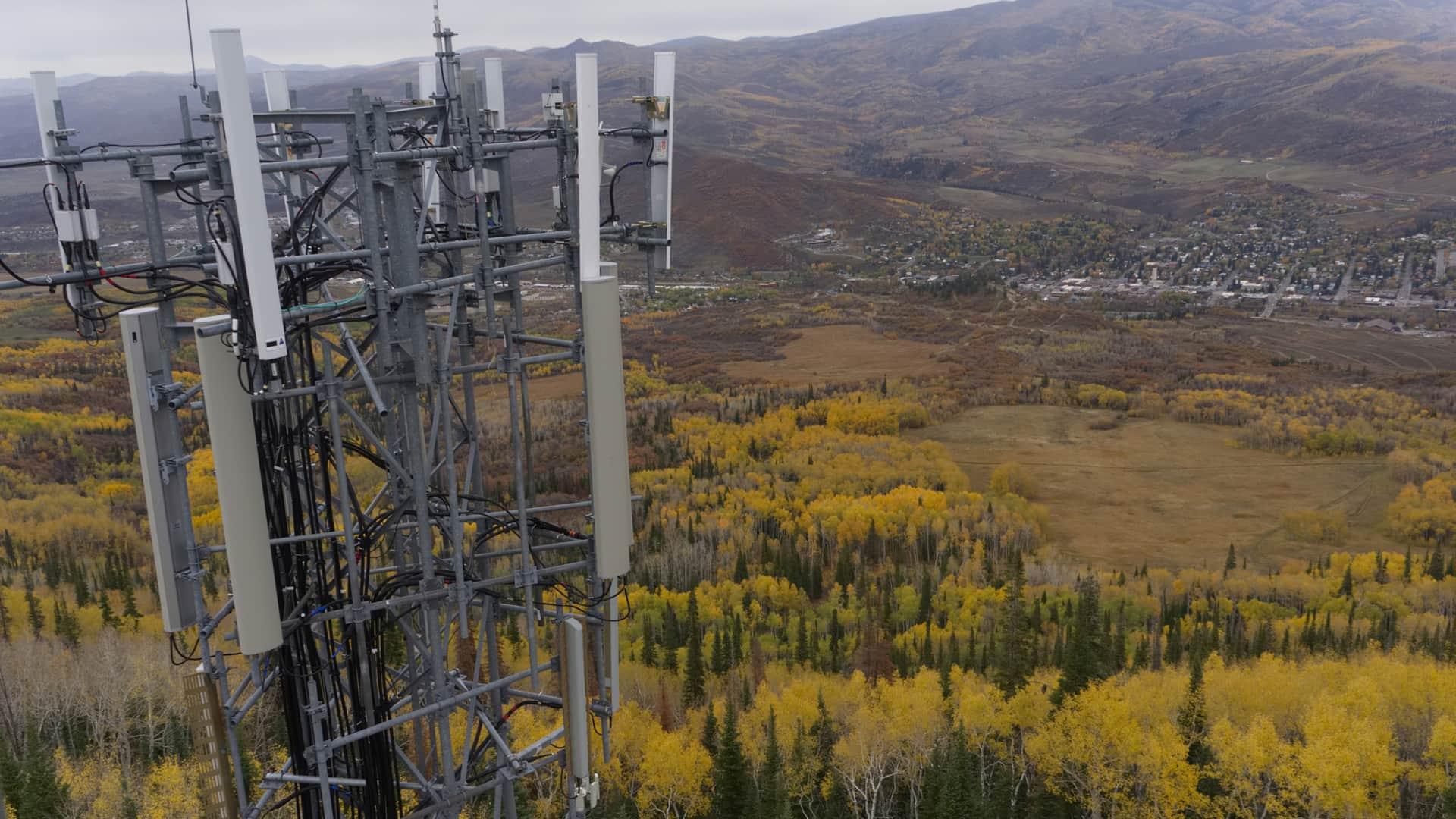 Antena telefónica representa cobertura 5g amena