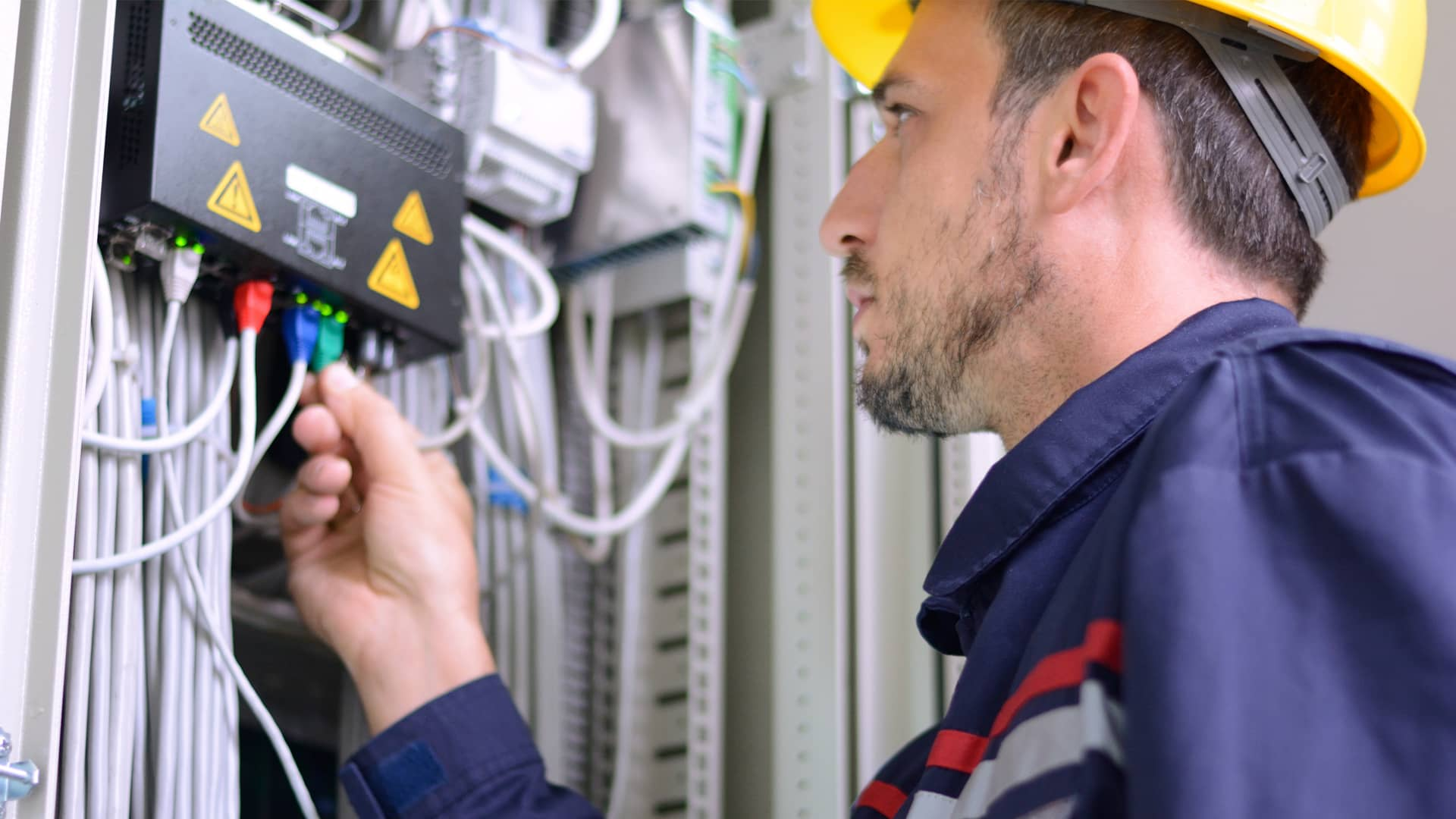 Técnico instalando fibra òptica