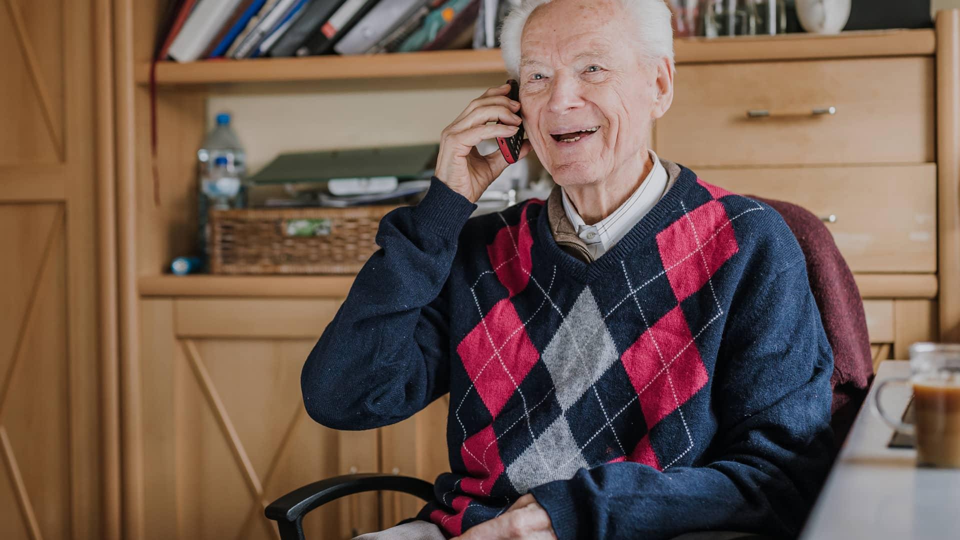 ¿Qué móvil es mejor para personas mayores?   Octubre 2021