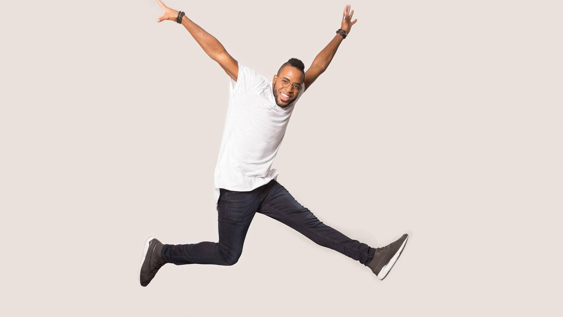 Hombre saltando simboliza portabilidad