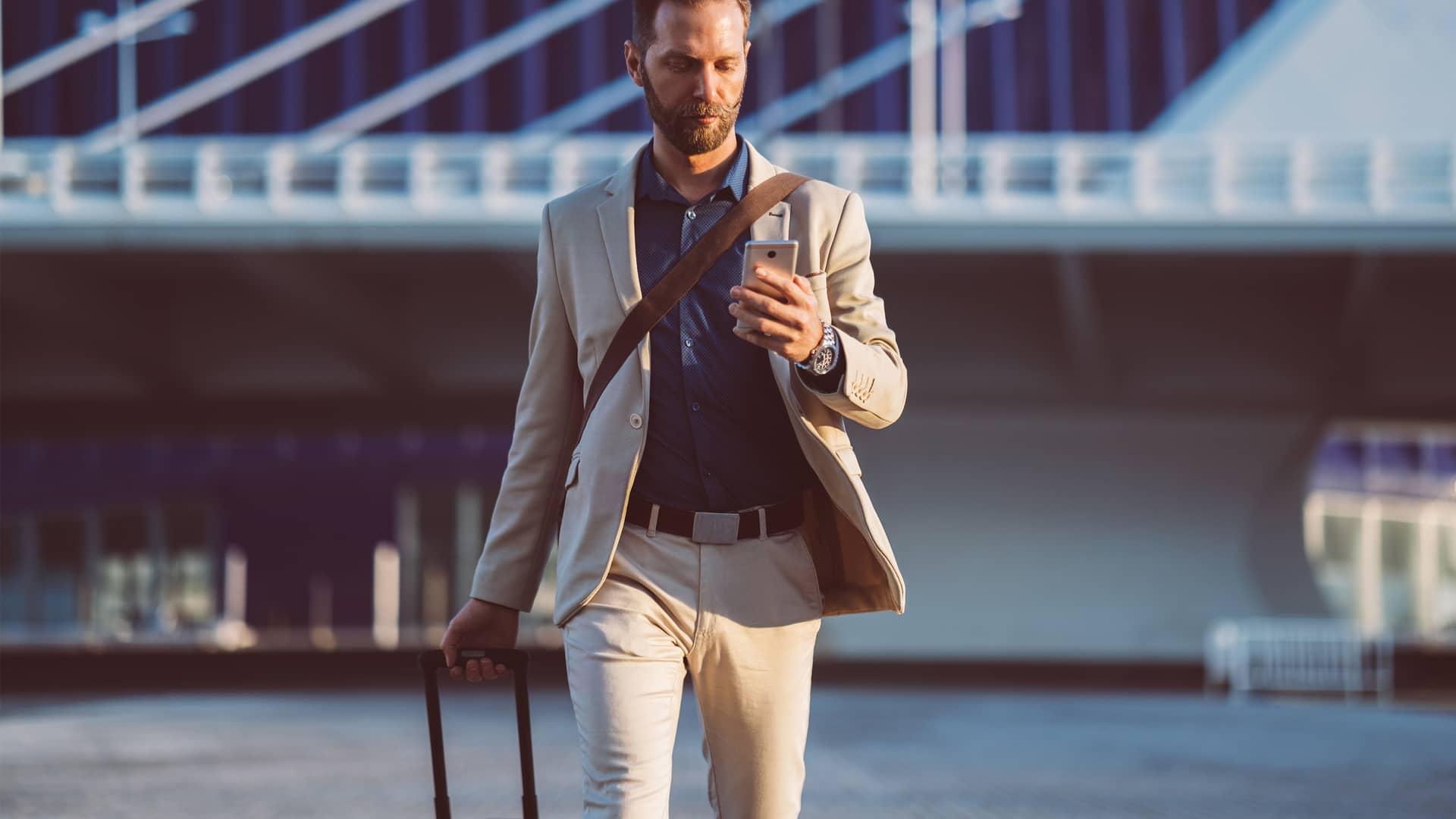Empresario de viaje de negocios en España simboliza roaming
