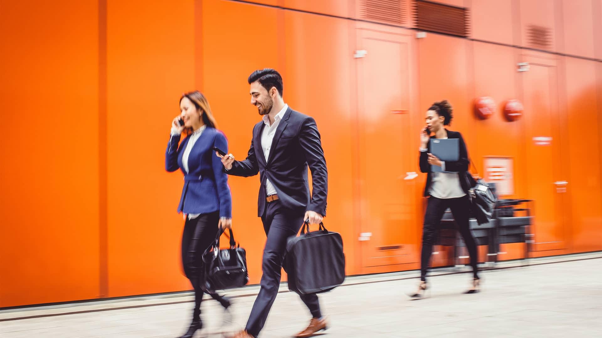 Trabajadores de empresas usando smartphones representan euskaltel empresas