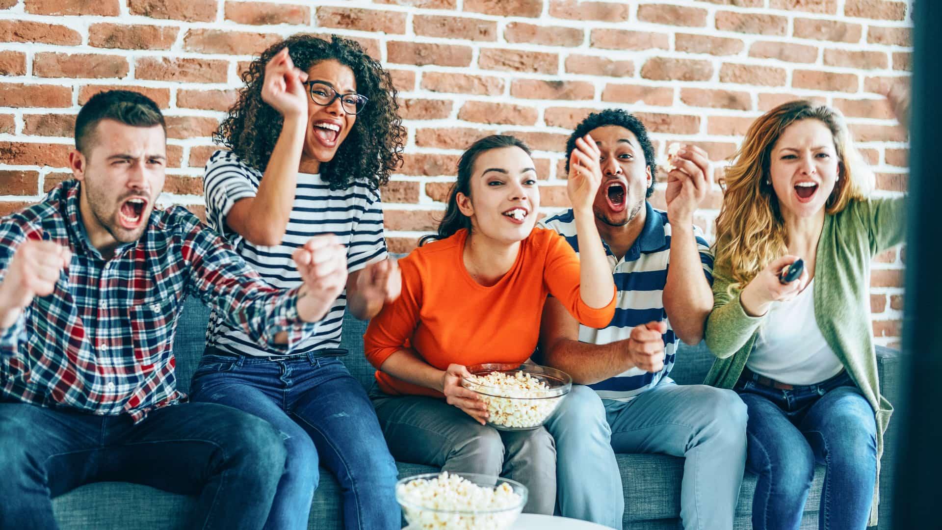 Personas viendo partido de fútbol representan euskaltel tv