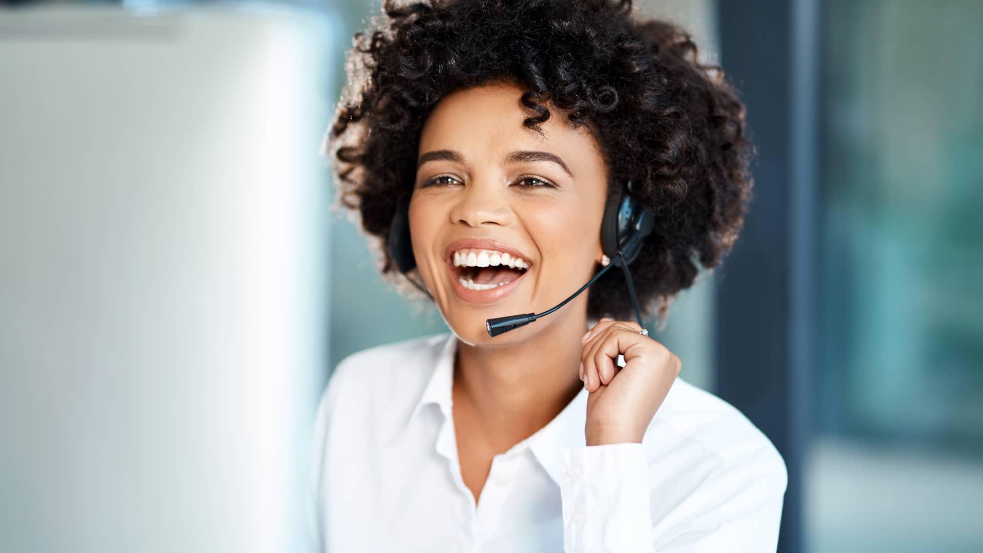 Teleoperadora euskaltel recibiendo una incidencia de un cliente