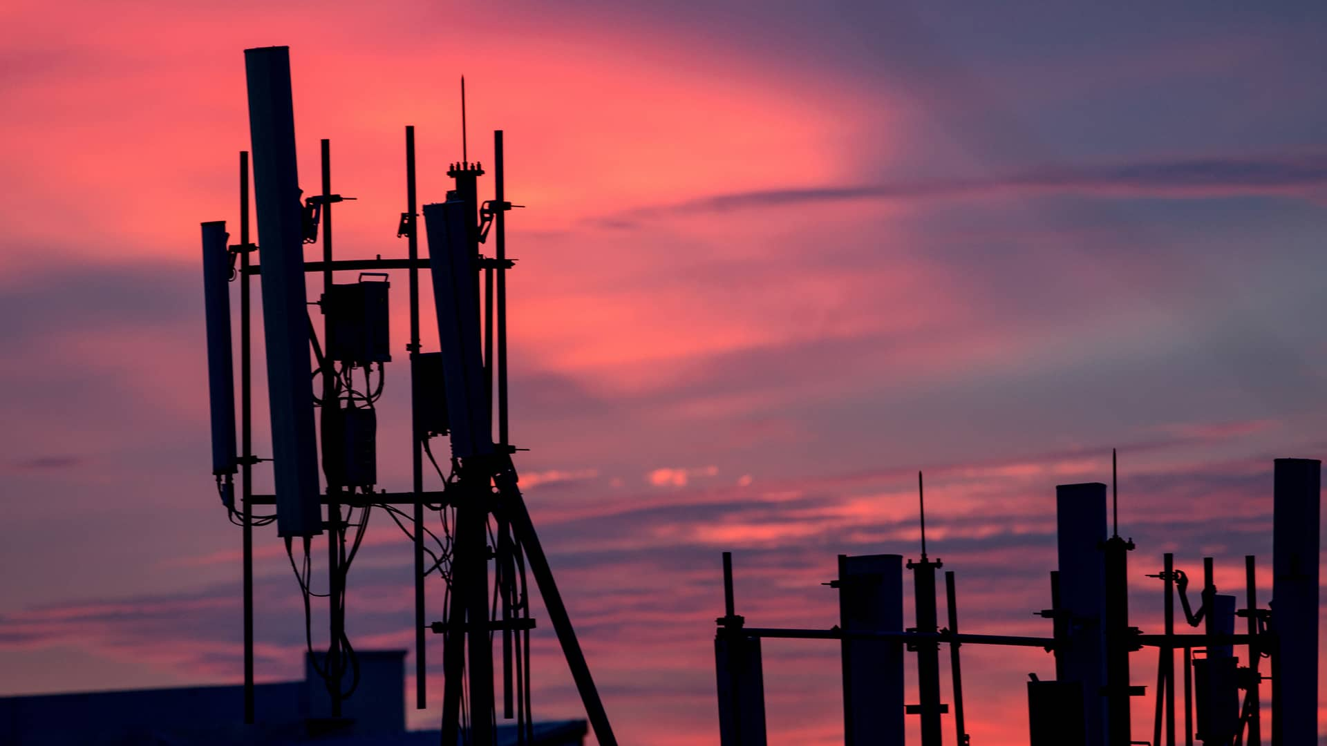 Antena telefónica al atardecer simboliza cobertura finetwork