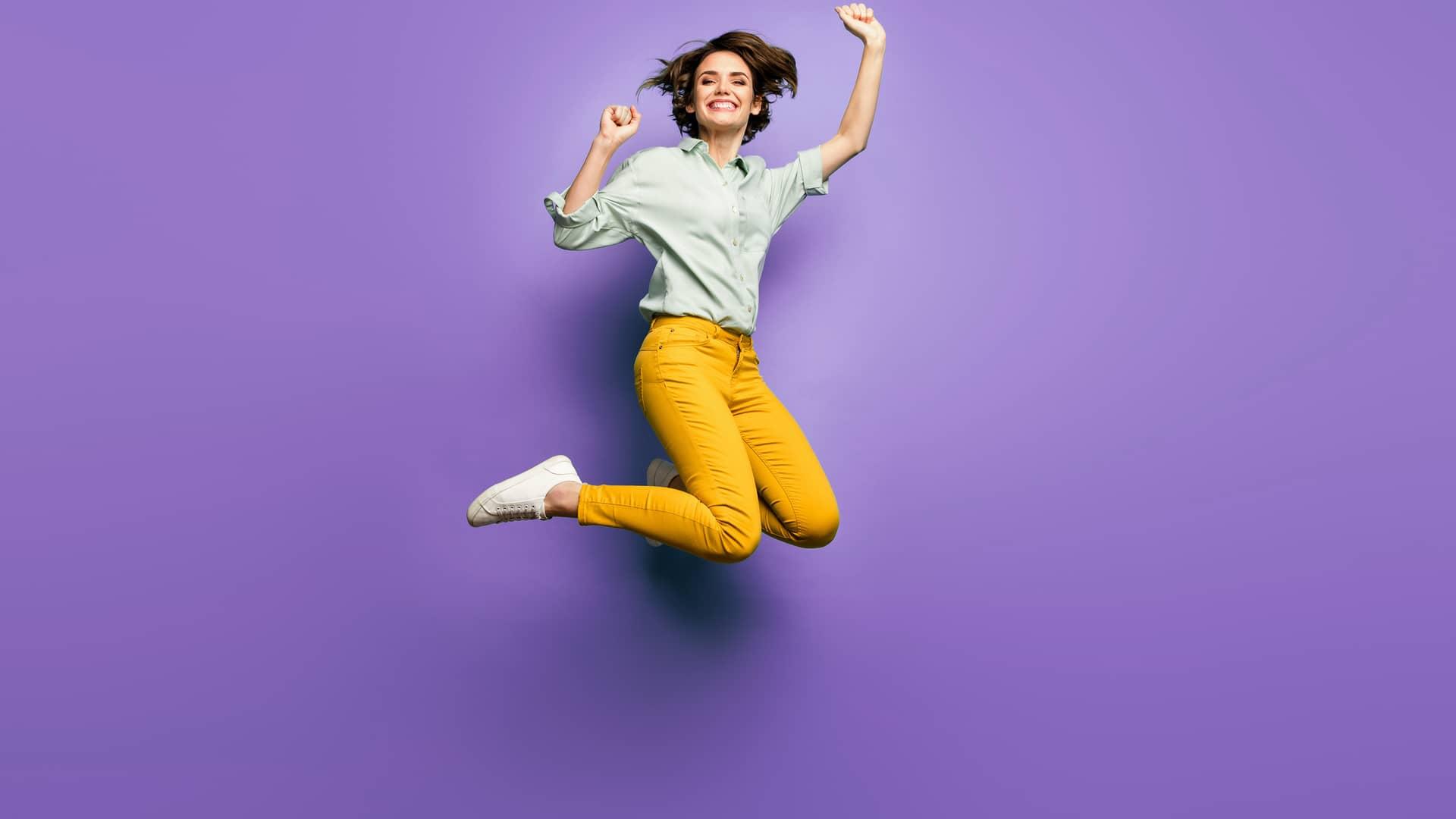 Mujer saltando simboliza portabilidad de llamaya