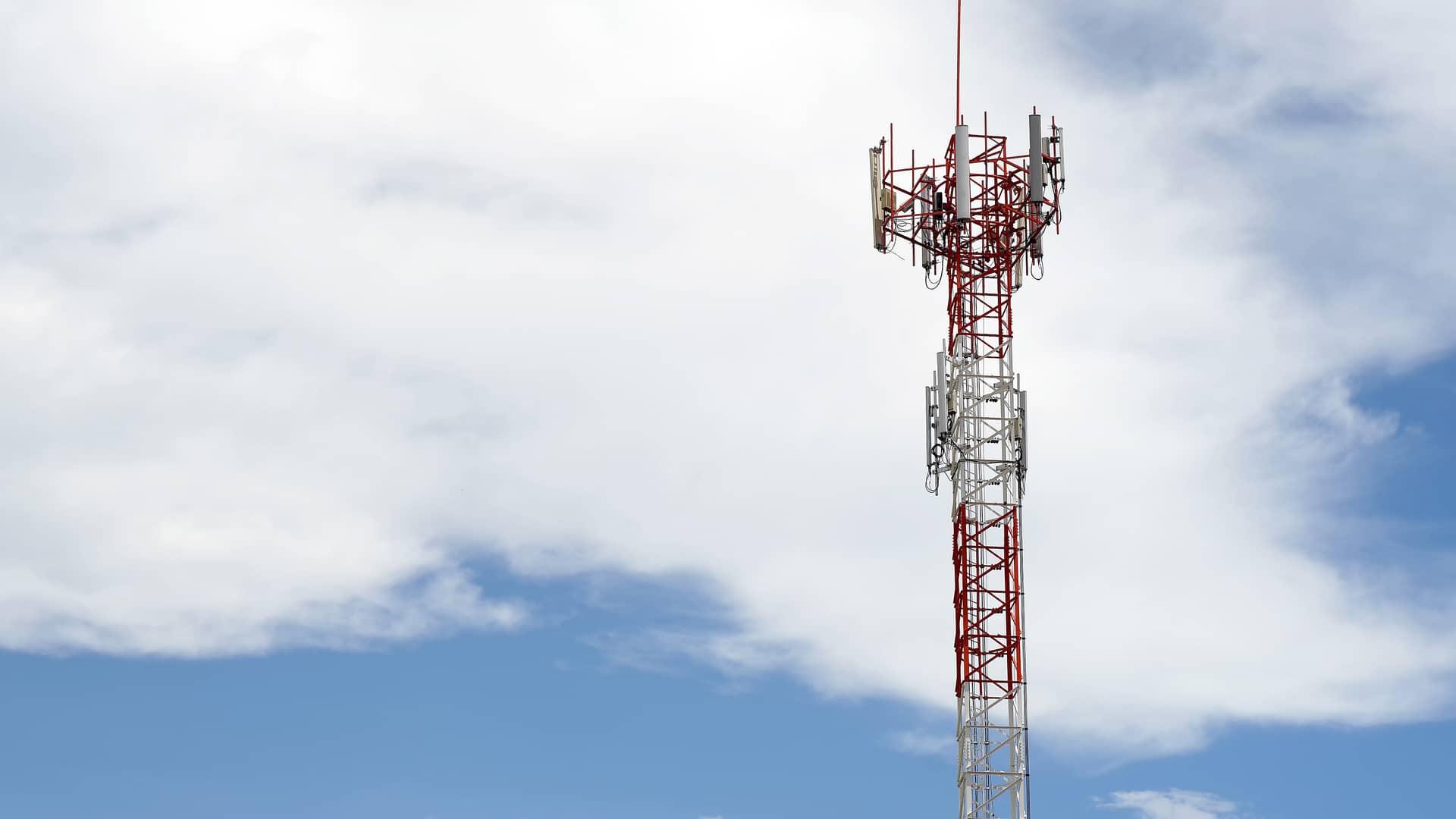 Fondo de cielo de torre de telecomunicaciones representa cobertura 5g de lowi