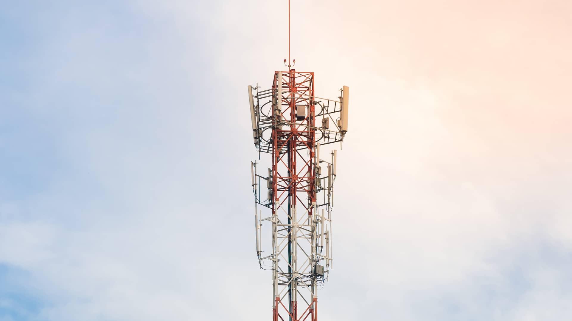 Torre de telecomunicaciones con antenas con cielo azul representa cobertura