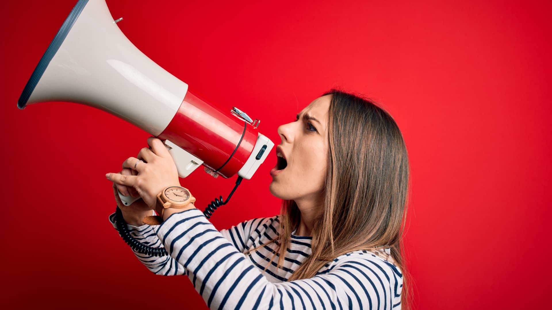 Mujer con megáfono divulgando su opinión sobre lowi