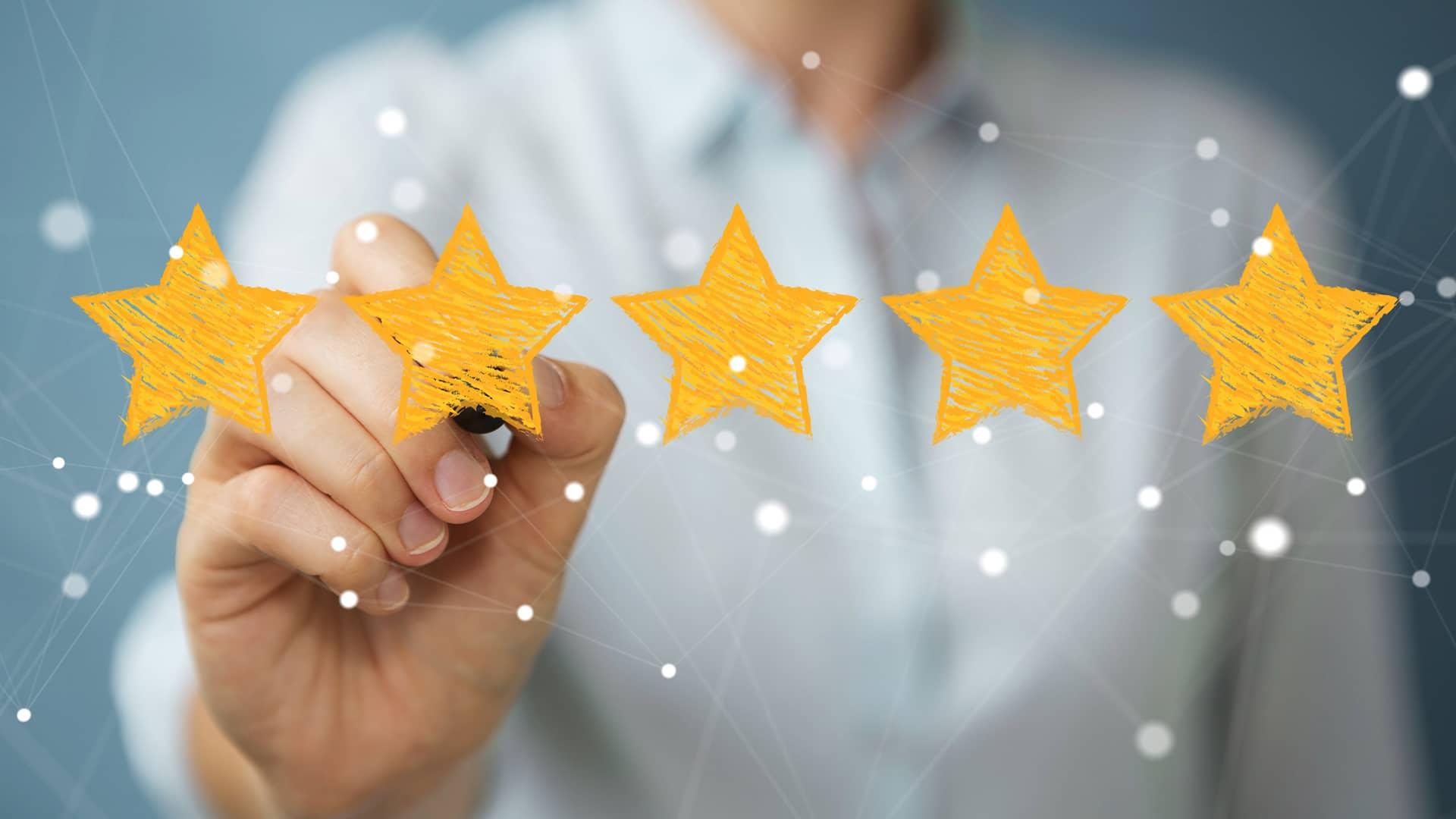 Mujer valorando con cinco estrellas simboliza la opinión de másmovil