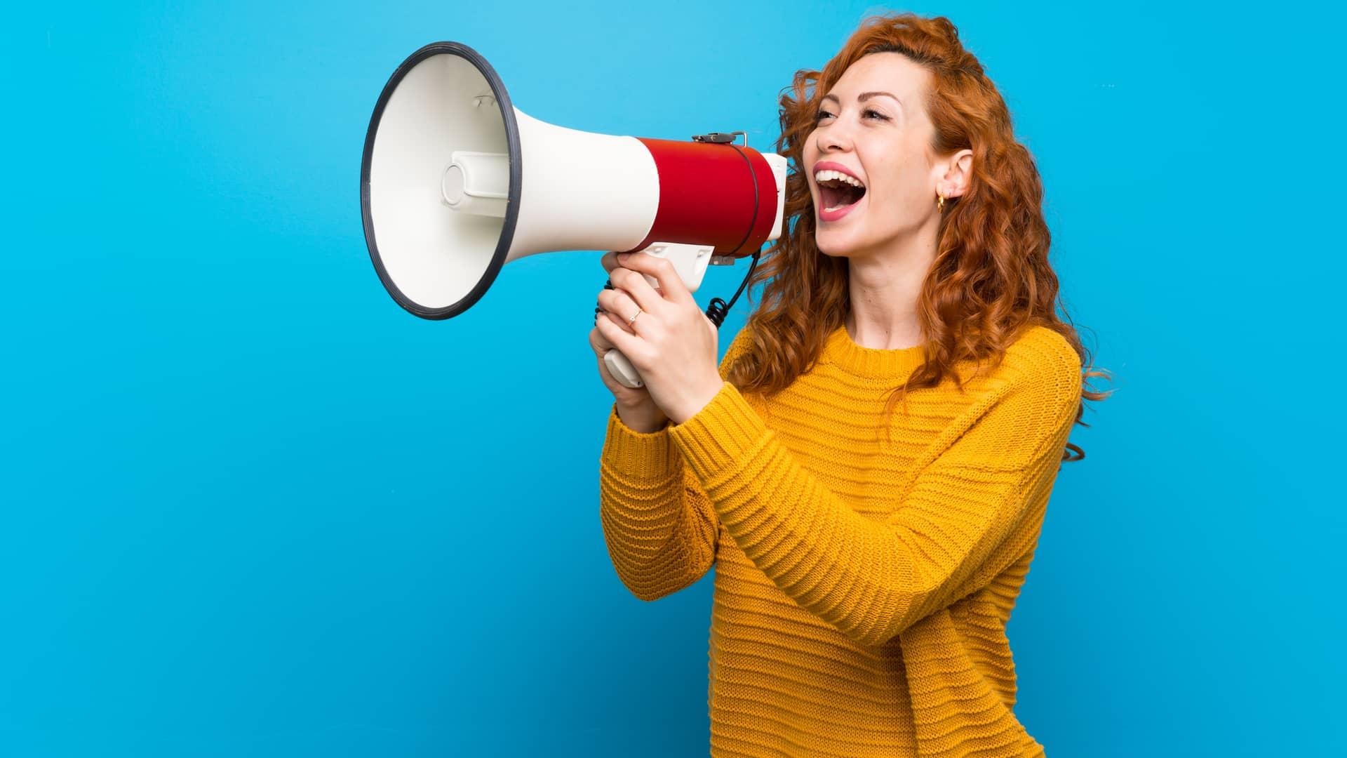 Mujer con megáfono vociferando su opinión de movistar