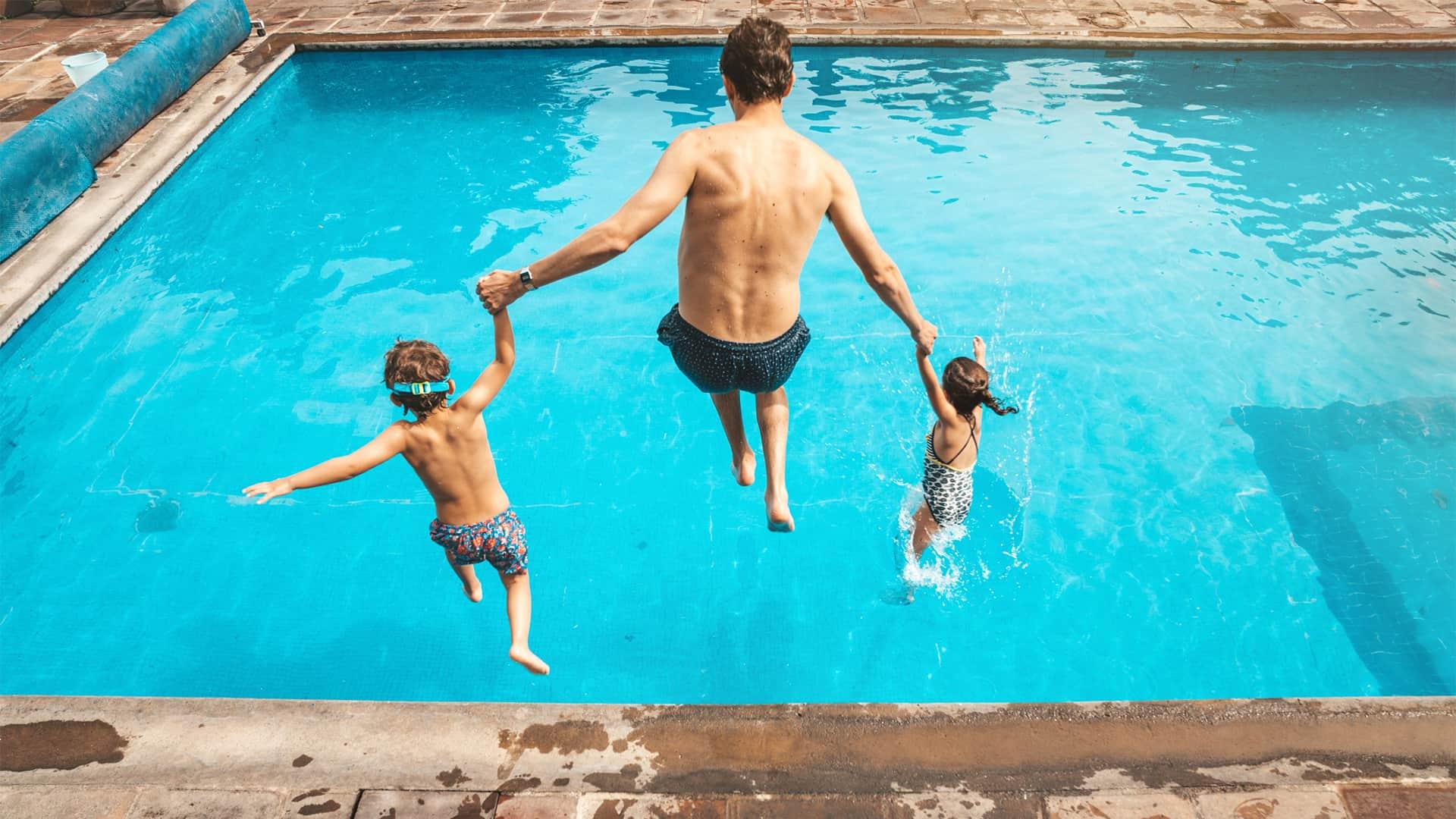Hombre con niños saltando a la piscina representa portabilidad