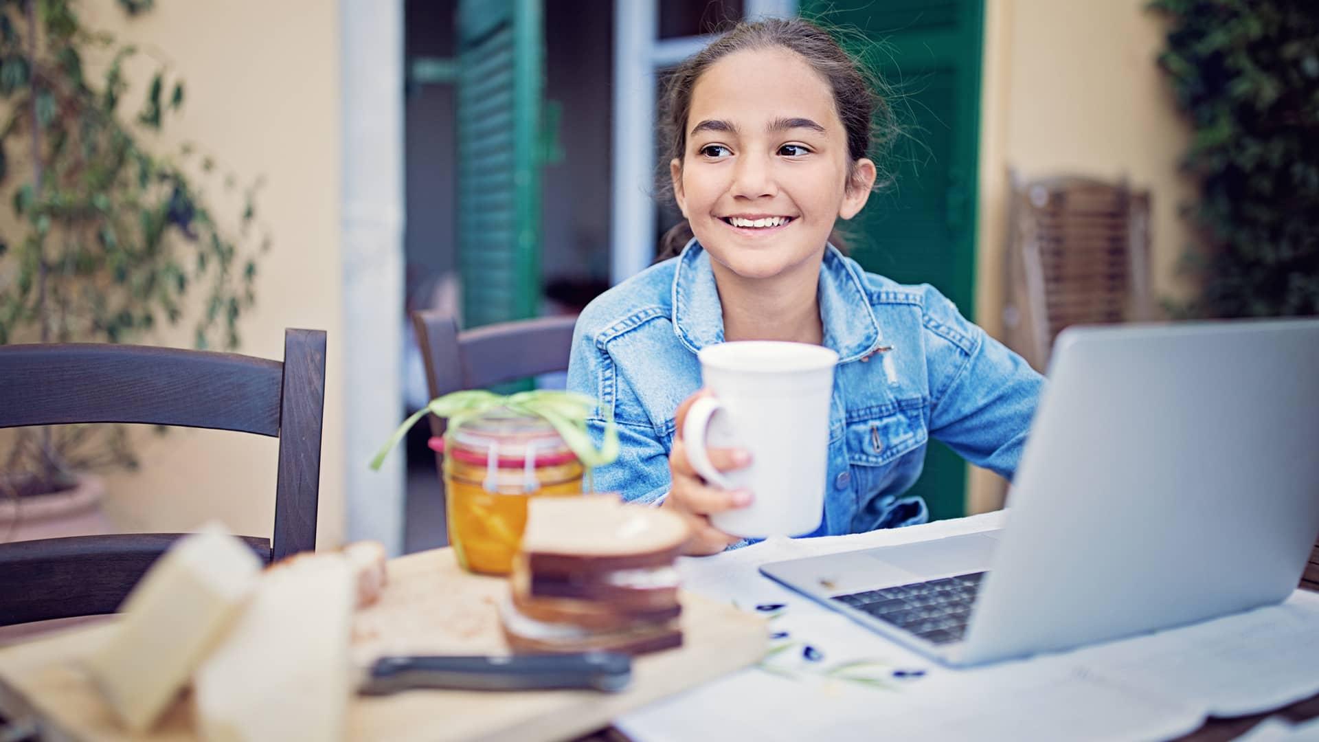 Joven desayunando mientras navega por internet con movistar segunda residencia