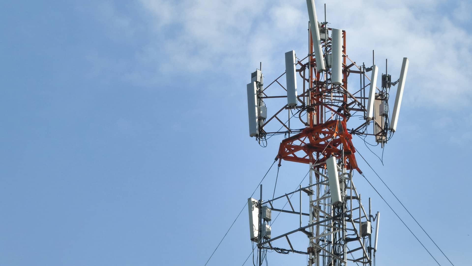Torre de telecomunicaciones simboliza cobertura o2