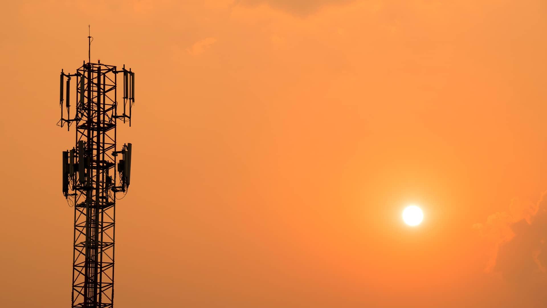 Antena telefónica en puesta de sol representa cobertura 5g orange