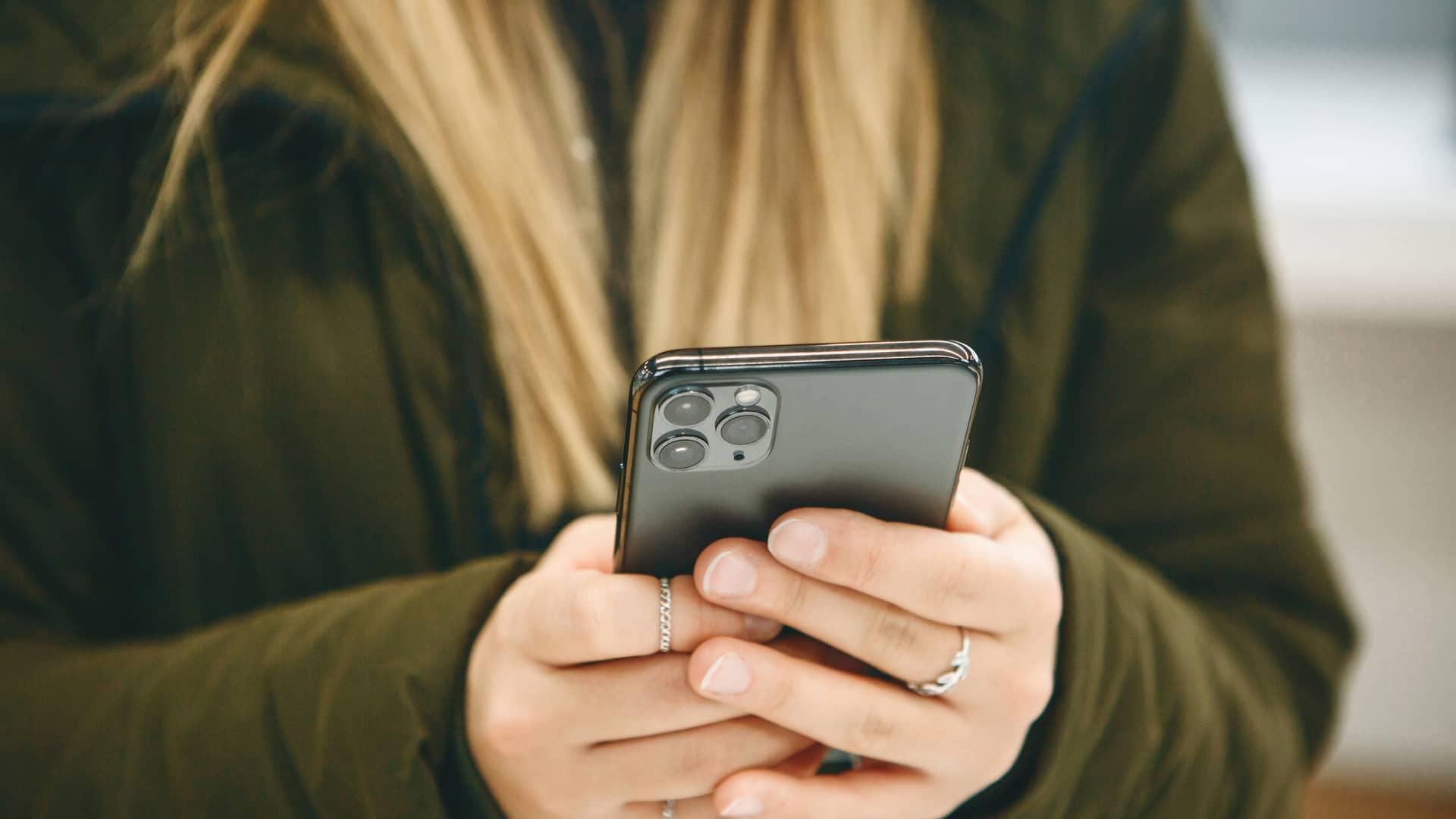La chica usa un iphone 11 pro