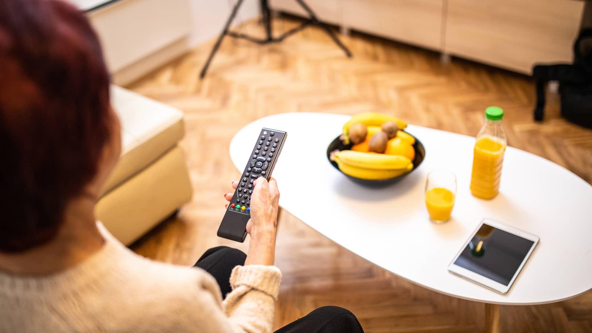 Mujer viendo programación de televisión