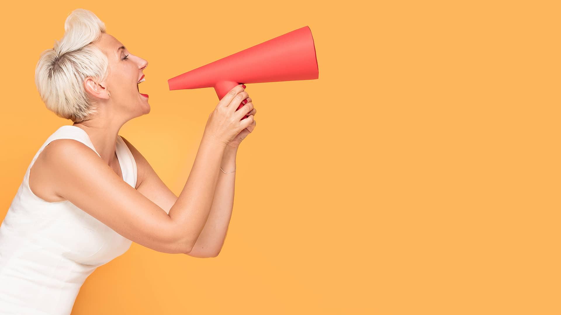 Mujer con megáfono representa opinión sobre orange