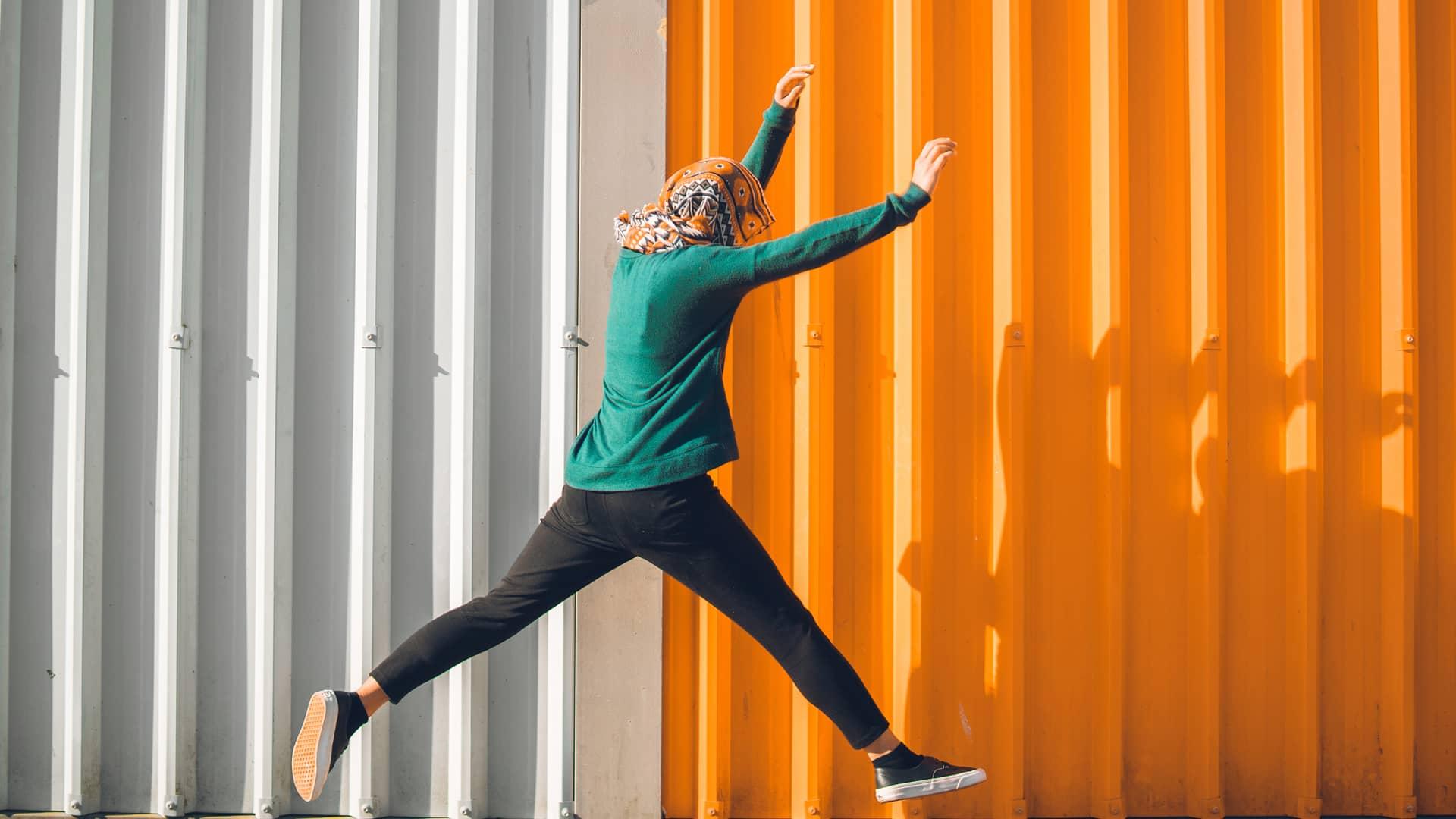 Mujer saltando simboliza la portabilidad de orange