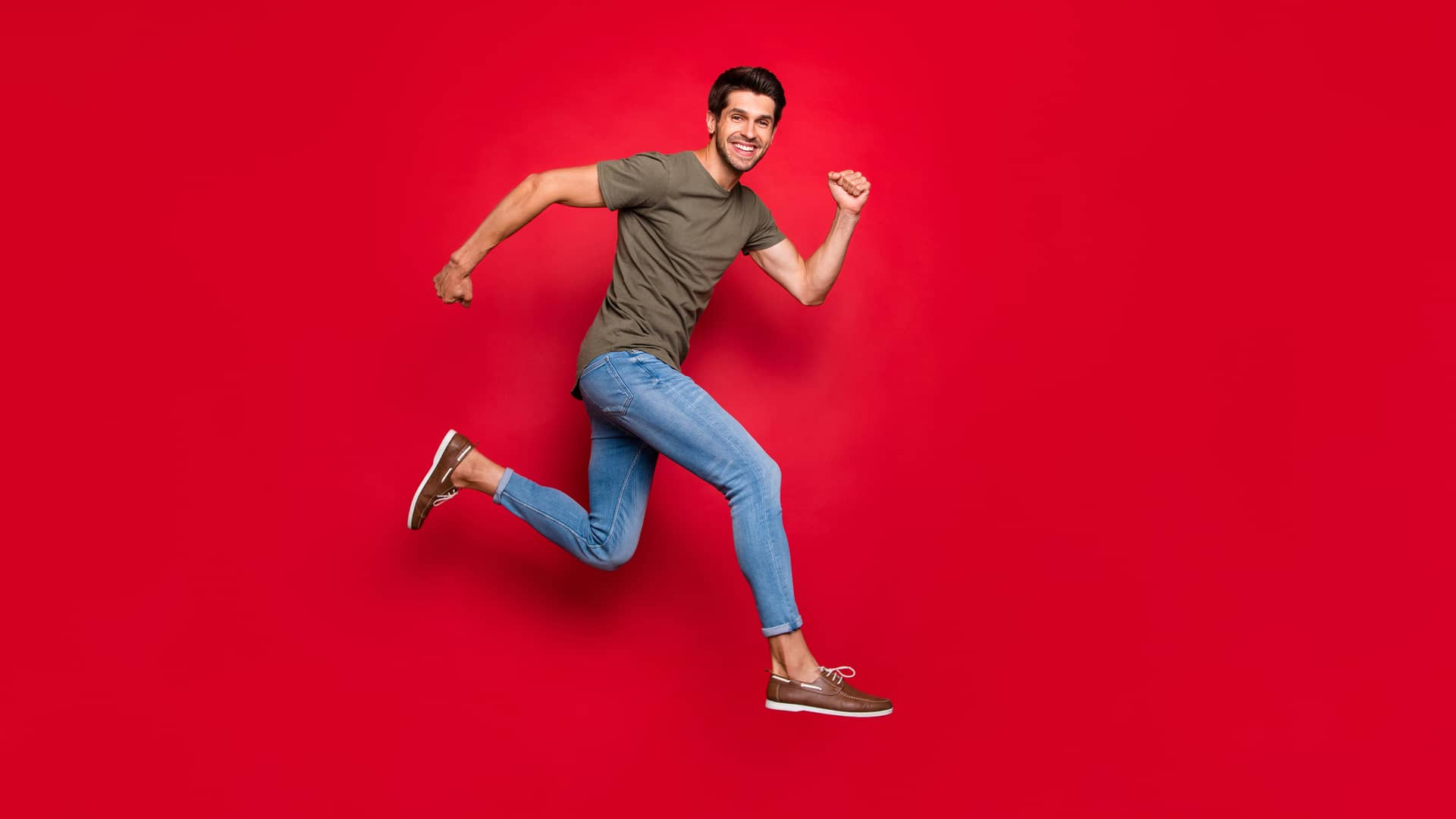 Hombre sonriente saltando representa portabilidad de pepephone