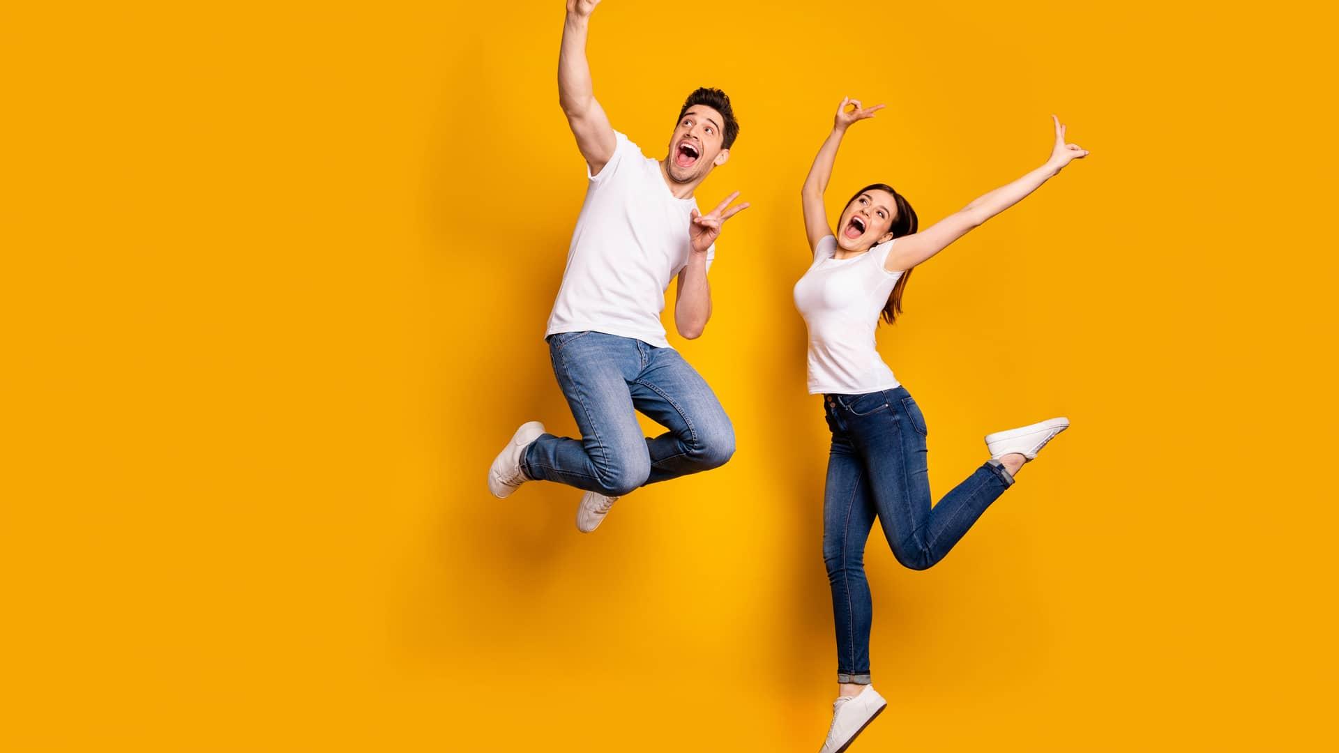 Jovenes haciendose un selfie saltando simbolizan portabilidad del racc