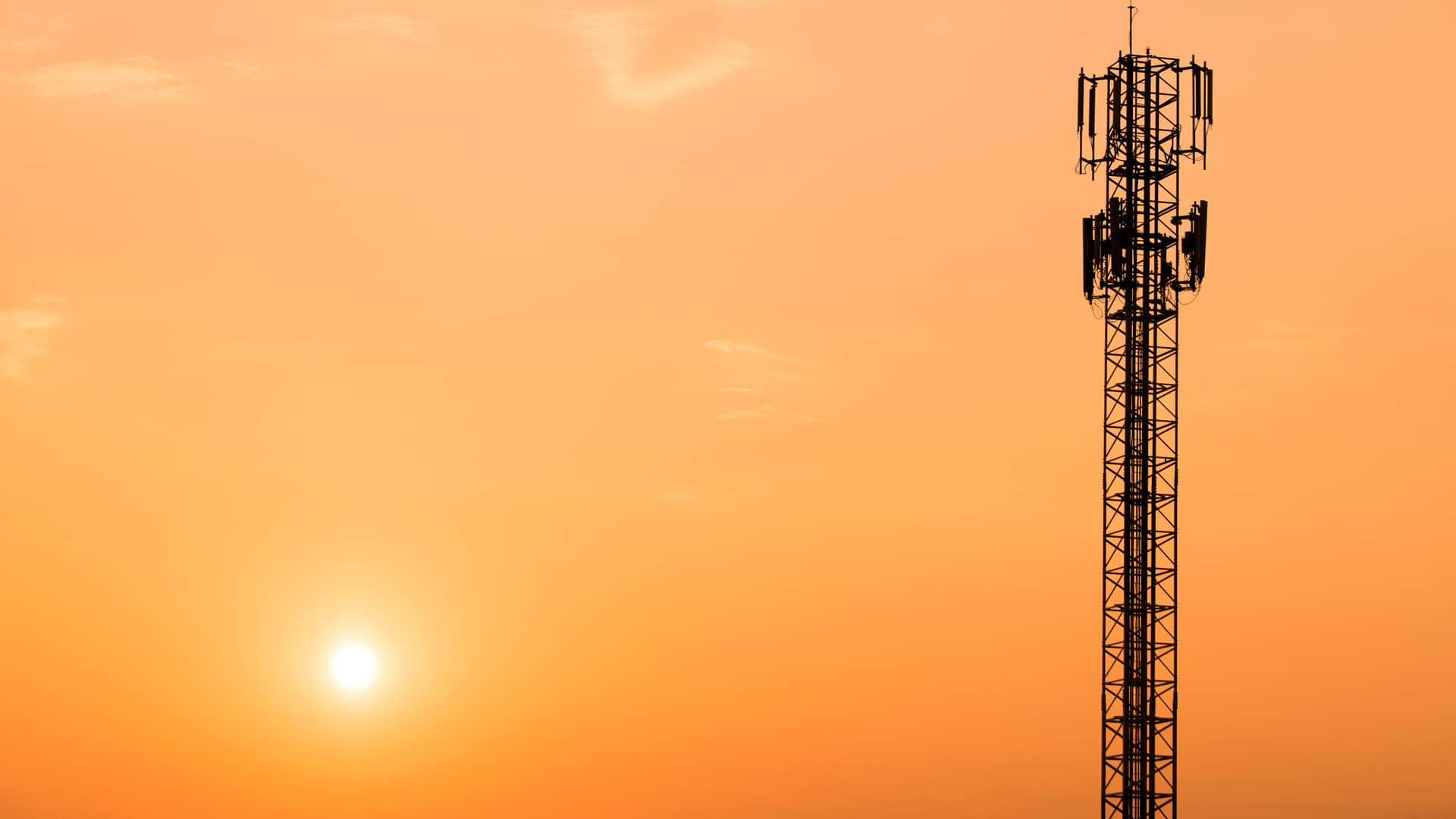 Antena de telefonía simboliza cobertura 5g de simyo
