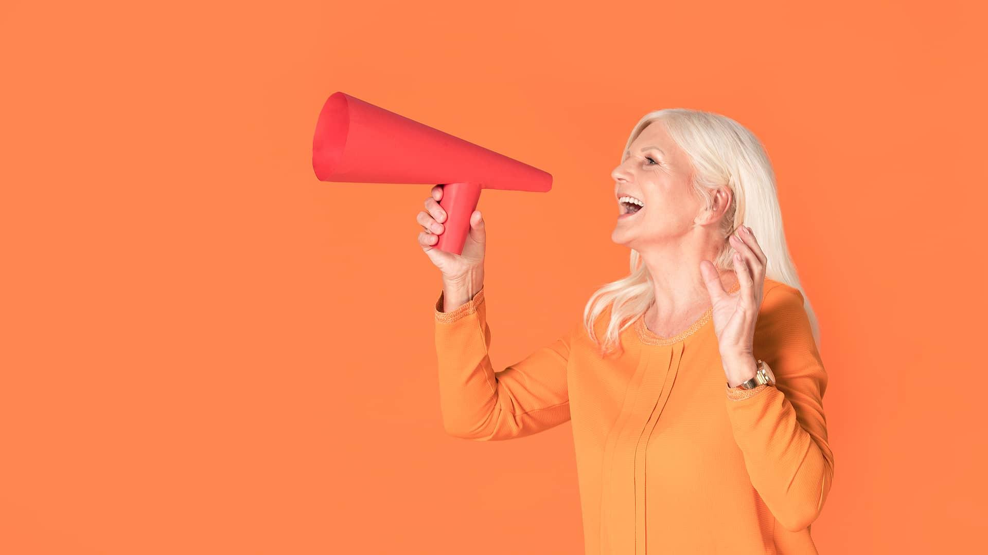 Mujer con megáfono anunciando las ofertas de simyo