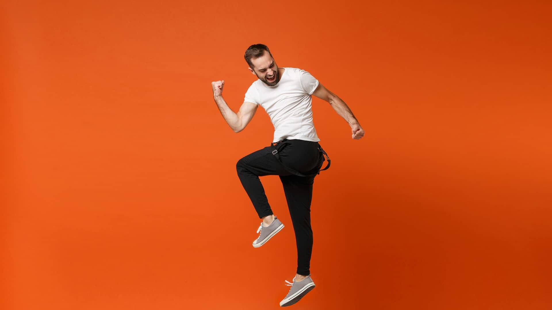 Joven saltando simboliza la portabilidad de simyo