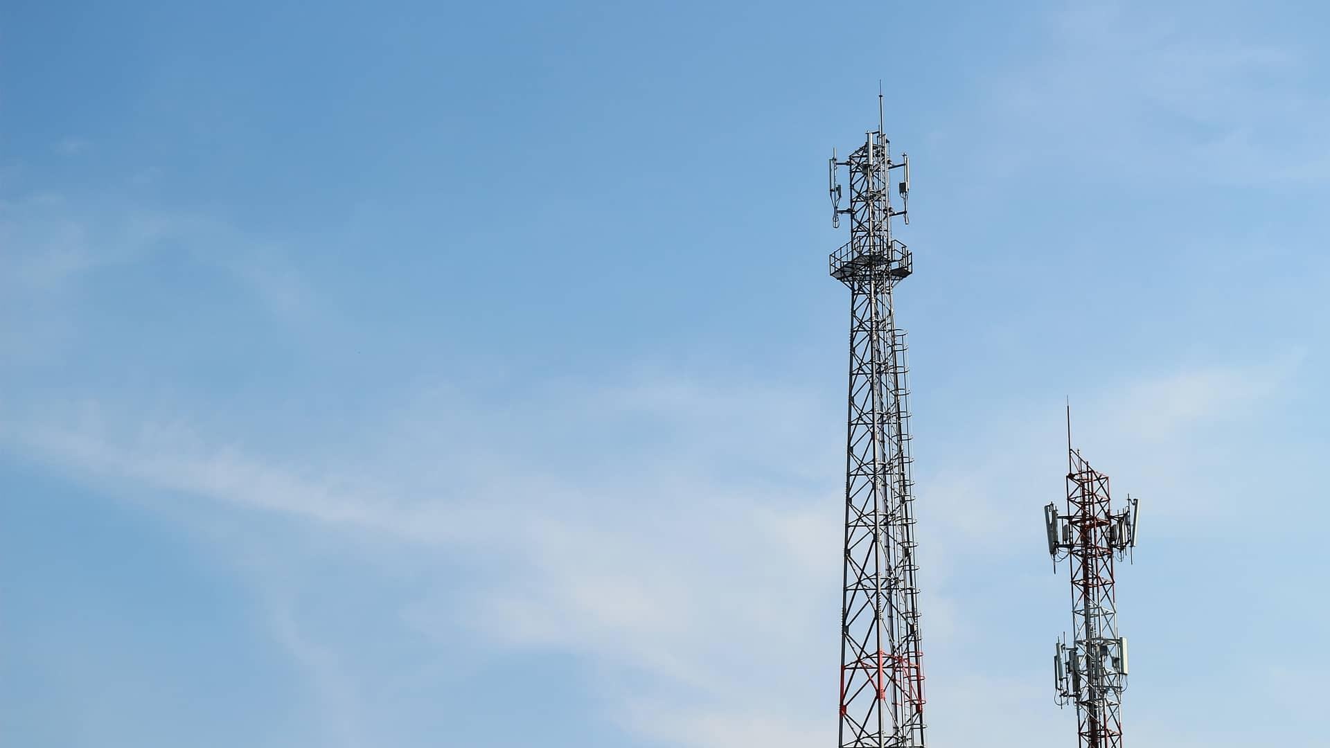 Antena de telecomunicaciones simboliza cobertura 5g de telecable