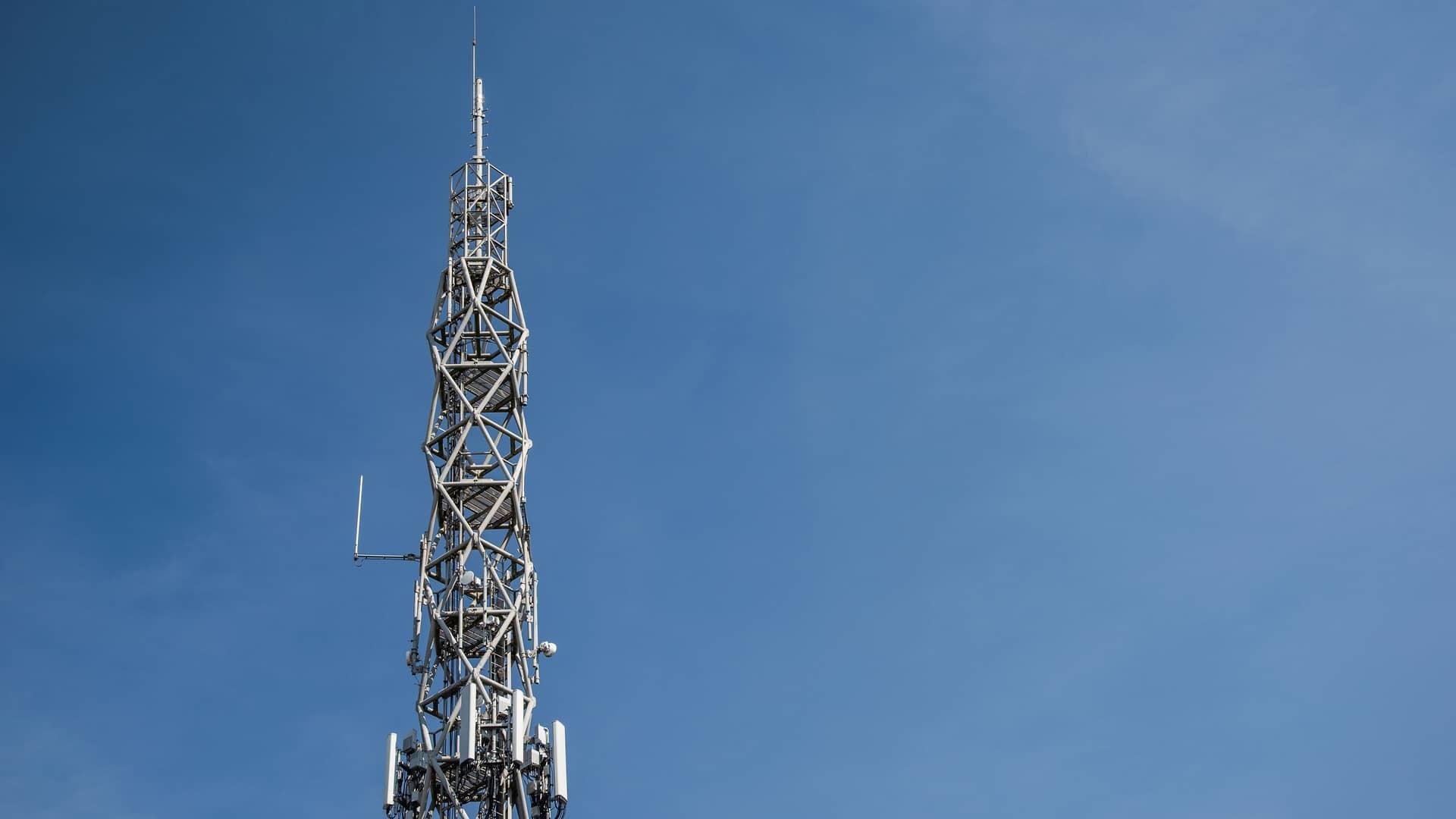 Antena de telecomunicaciones simboliza cobertura de telecable