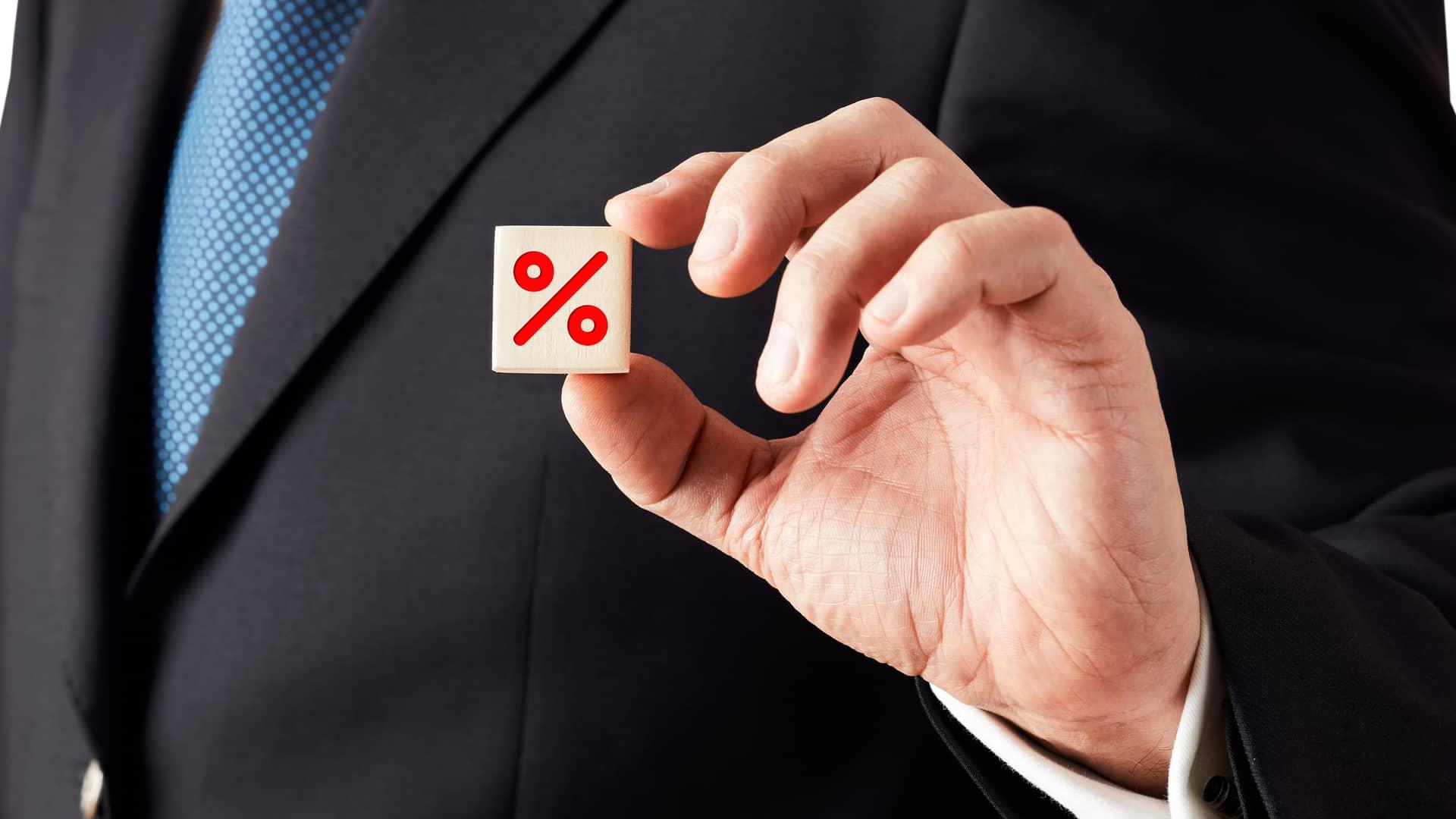 Persona con dado con símbolo de porcentaje representa ofertas de telecable