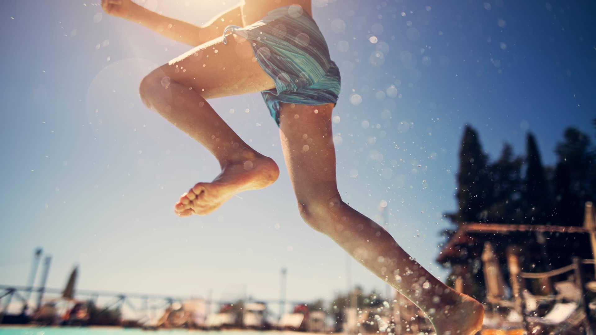 Niño saltando a la piscina simboliza portabilidad de telecable