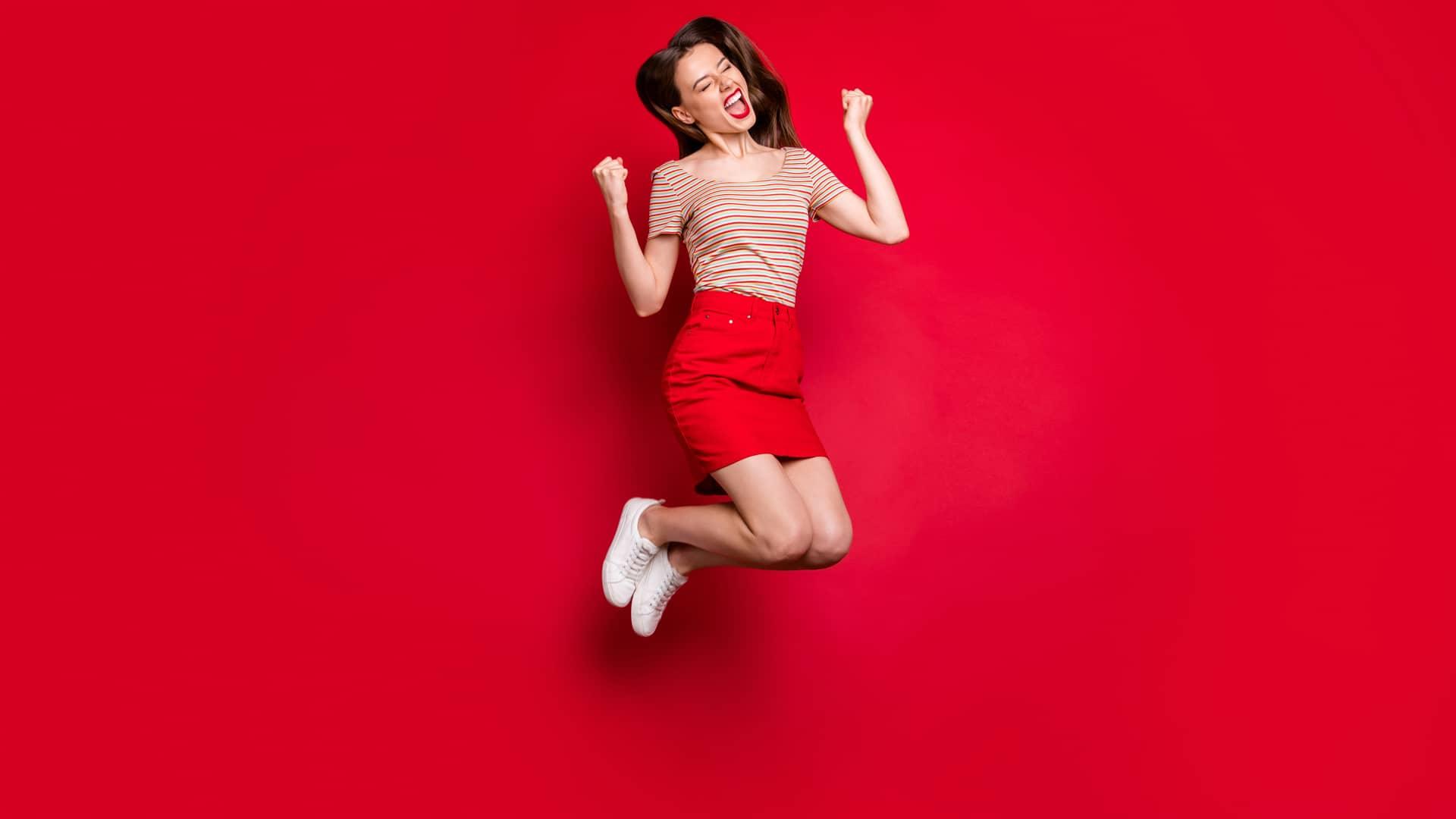 Joven saltando alegre representa portabilidad de virgin telco