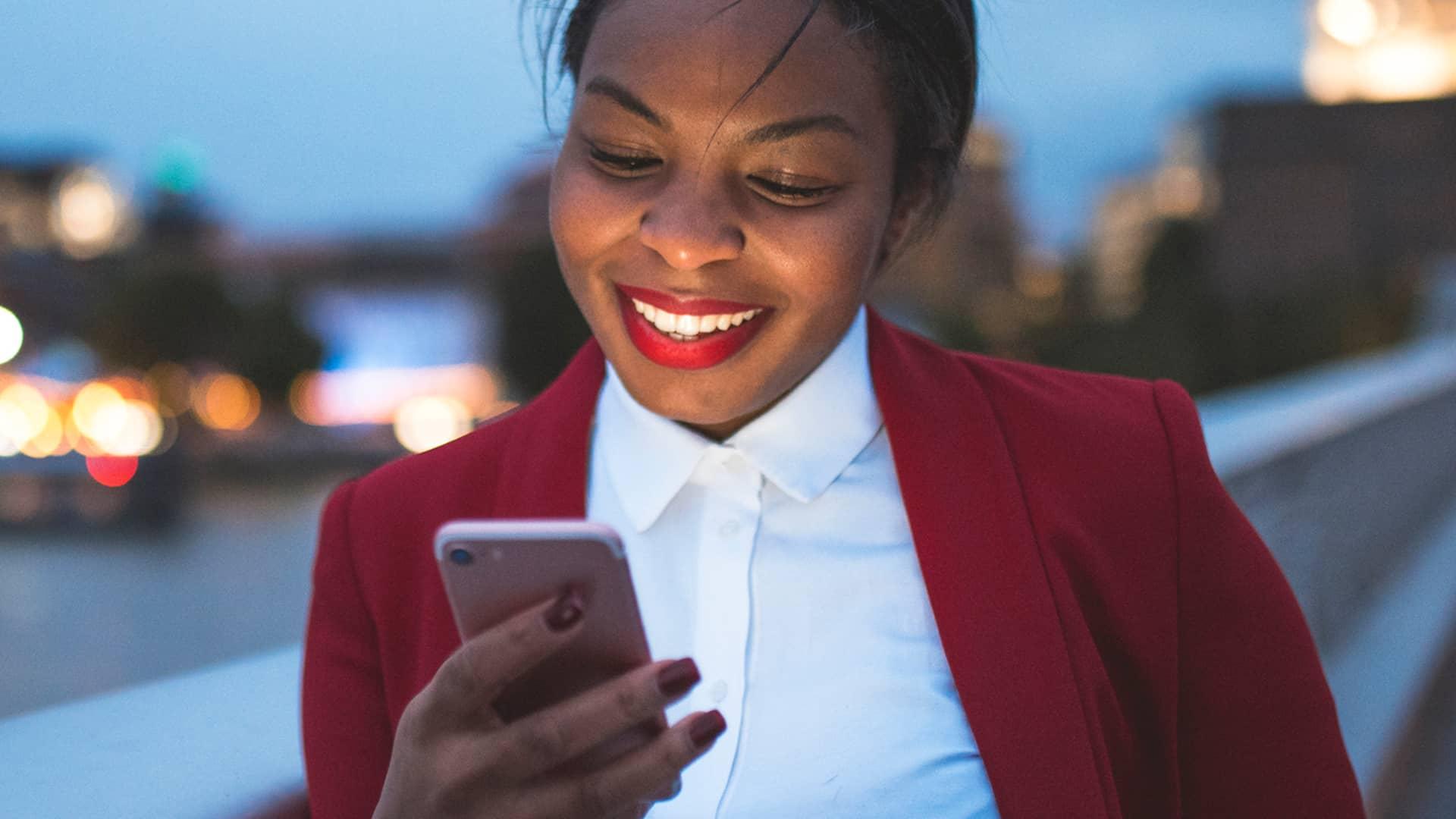 Mujer eligiendo una de las tarifas de vodafone empresas
