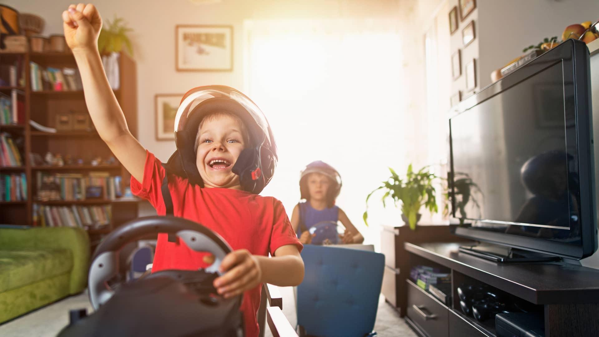 Niños disfrutando de la velocidad del interet de fibra de vodafone
