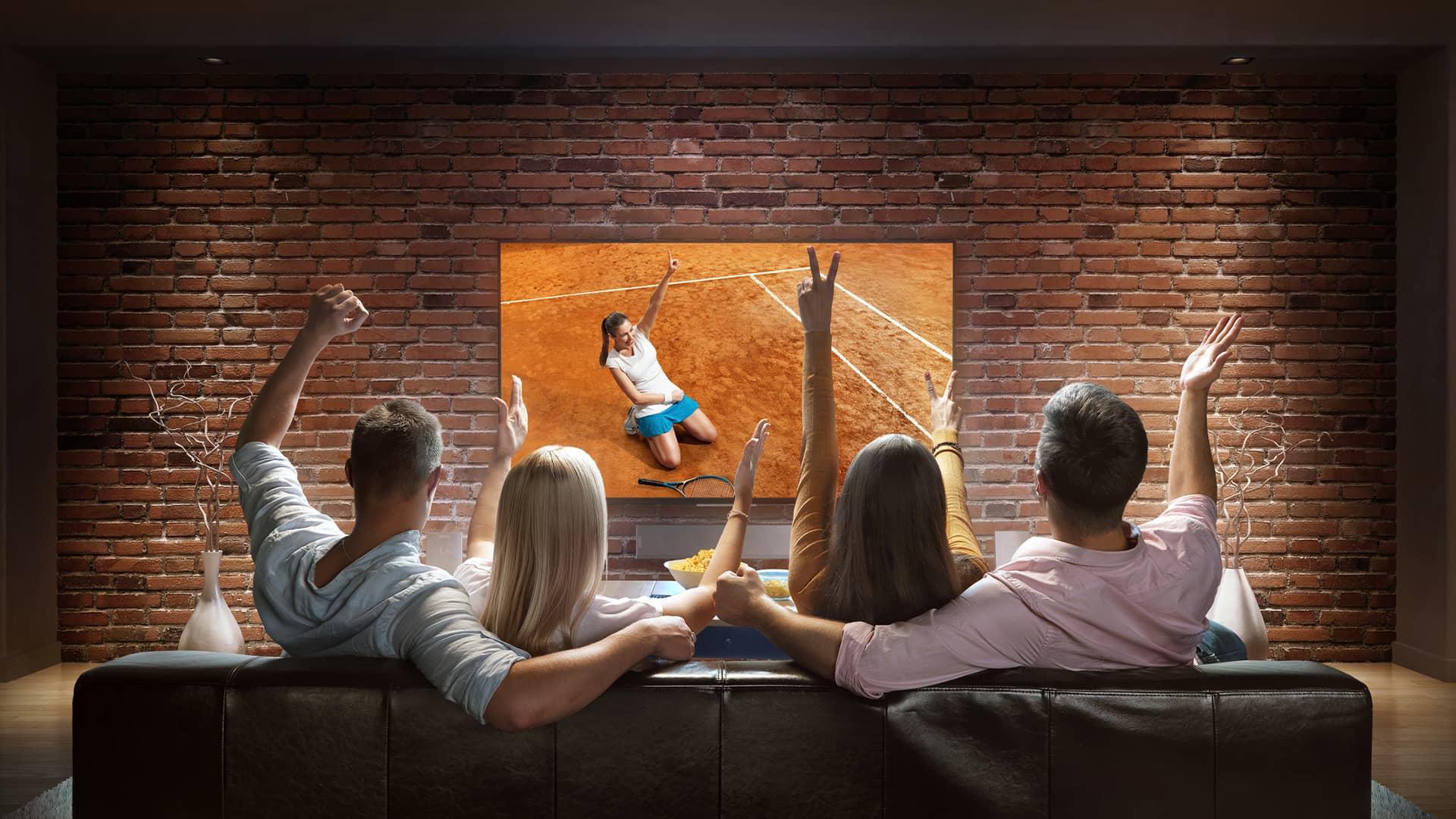 Gente viendo partido tenis con tv deportes de vodafone