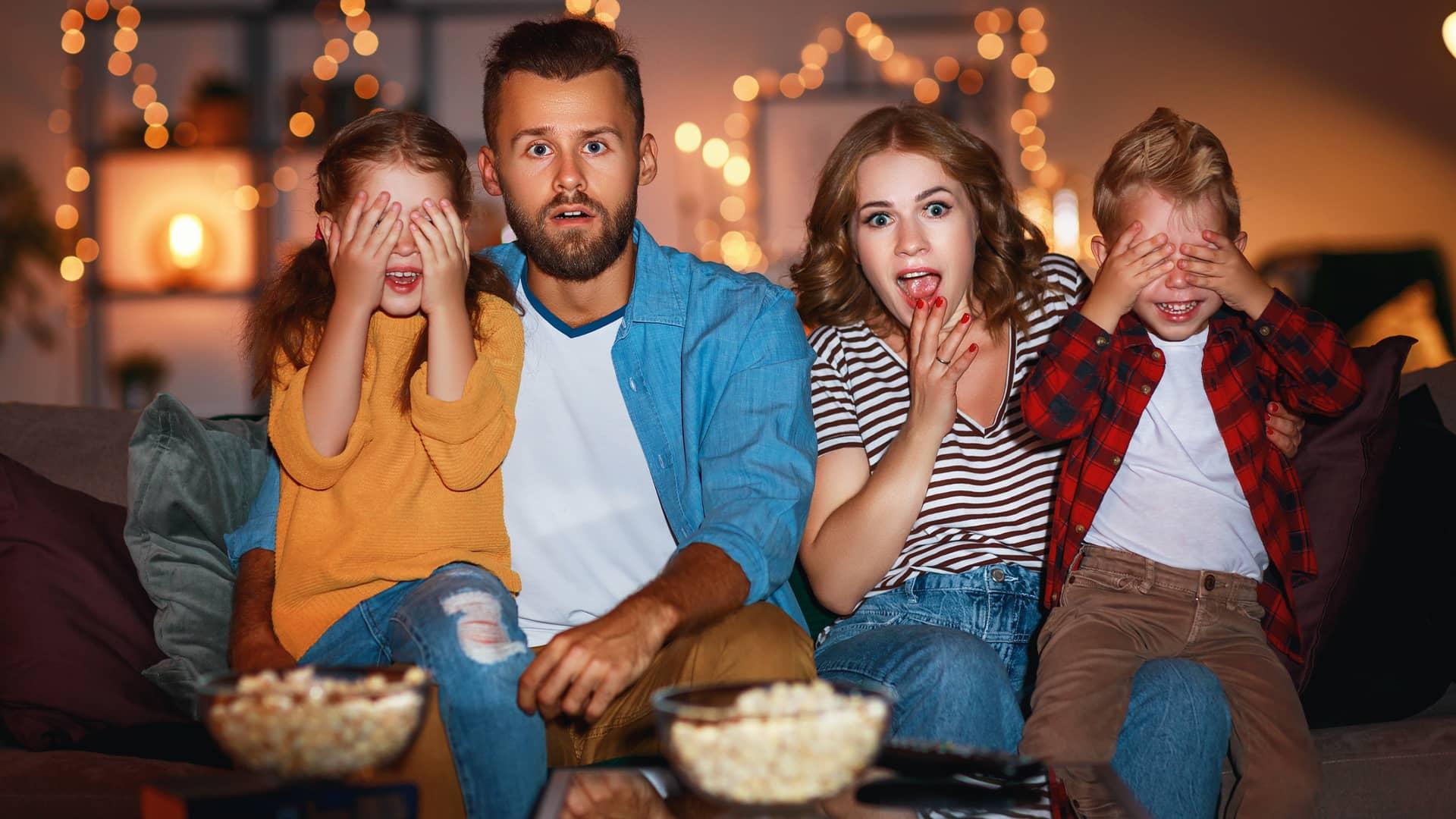 Familia viendo vodafone tv en smart tv