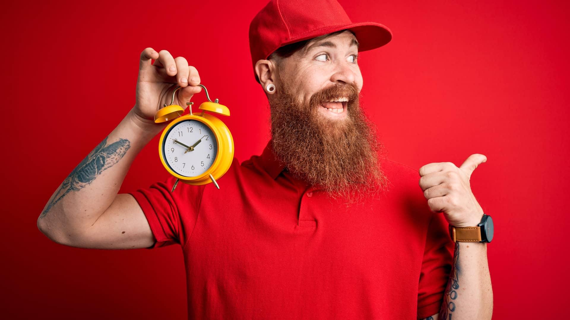 Joven sonriente con reloj contando el tiempo para que termine permanencia vodafone