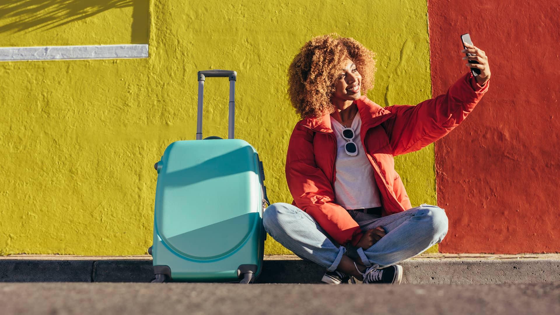 Chica con maleta representa portabilidad