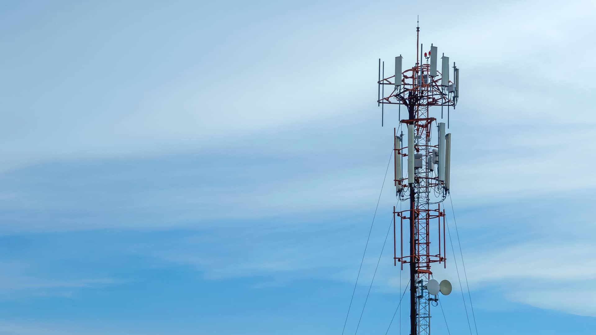 Antena telefónica simbliza la cobertura 5g de yoigo