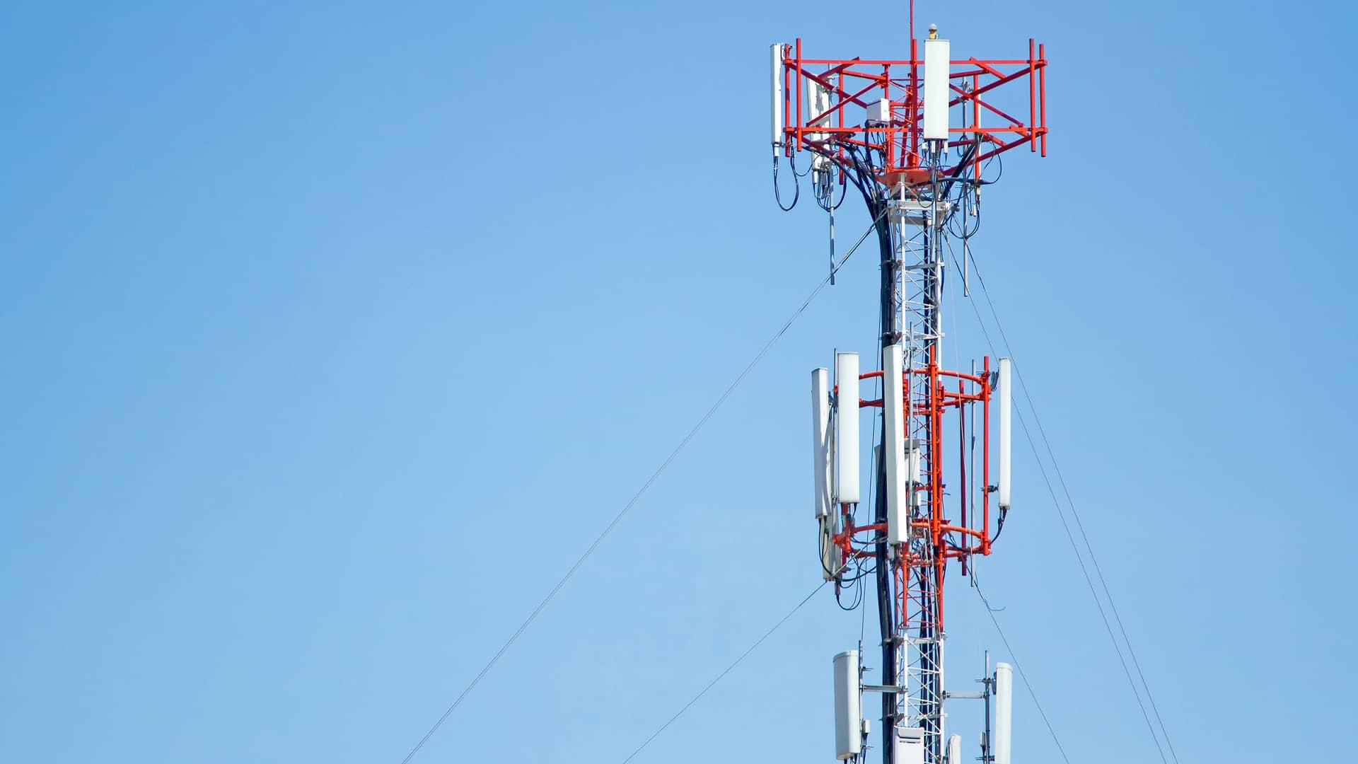 Antena telefónica simboliza la cobertura de yoigo