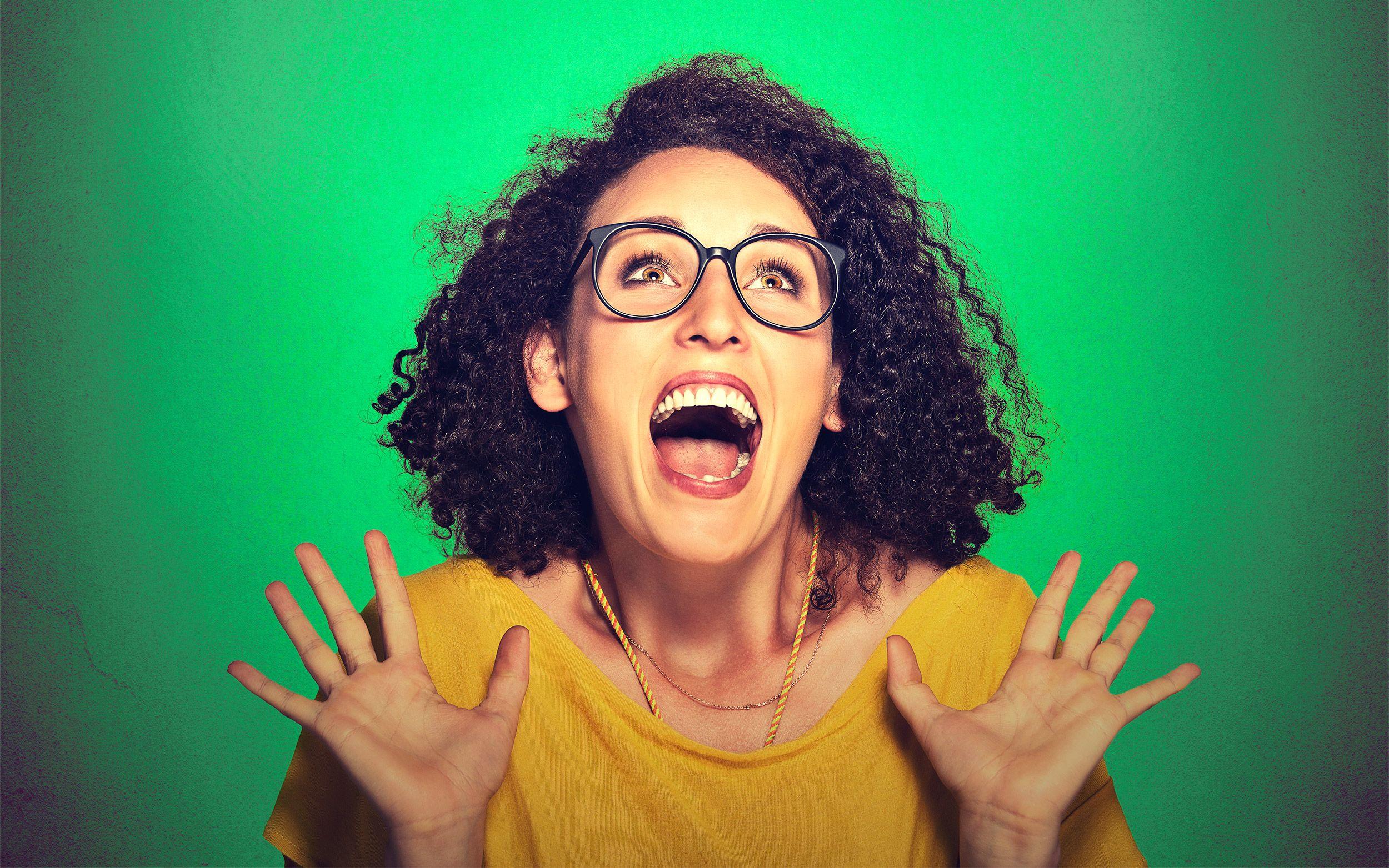 Chica gritando por la Actualización Roams