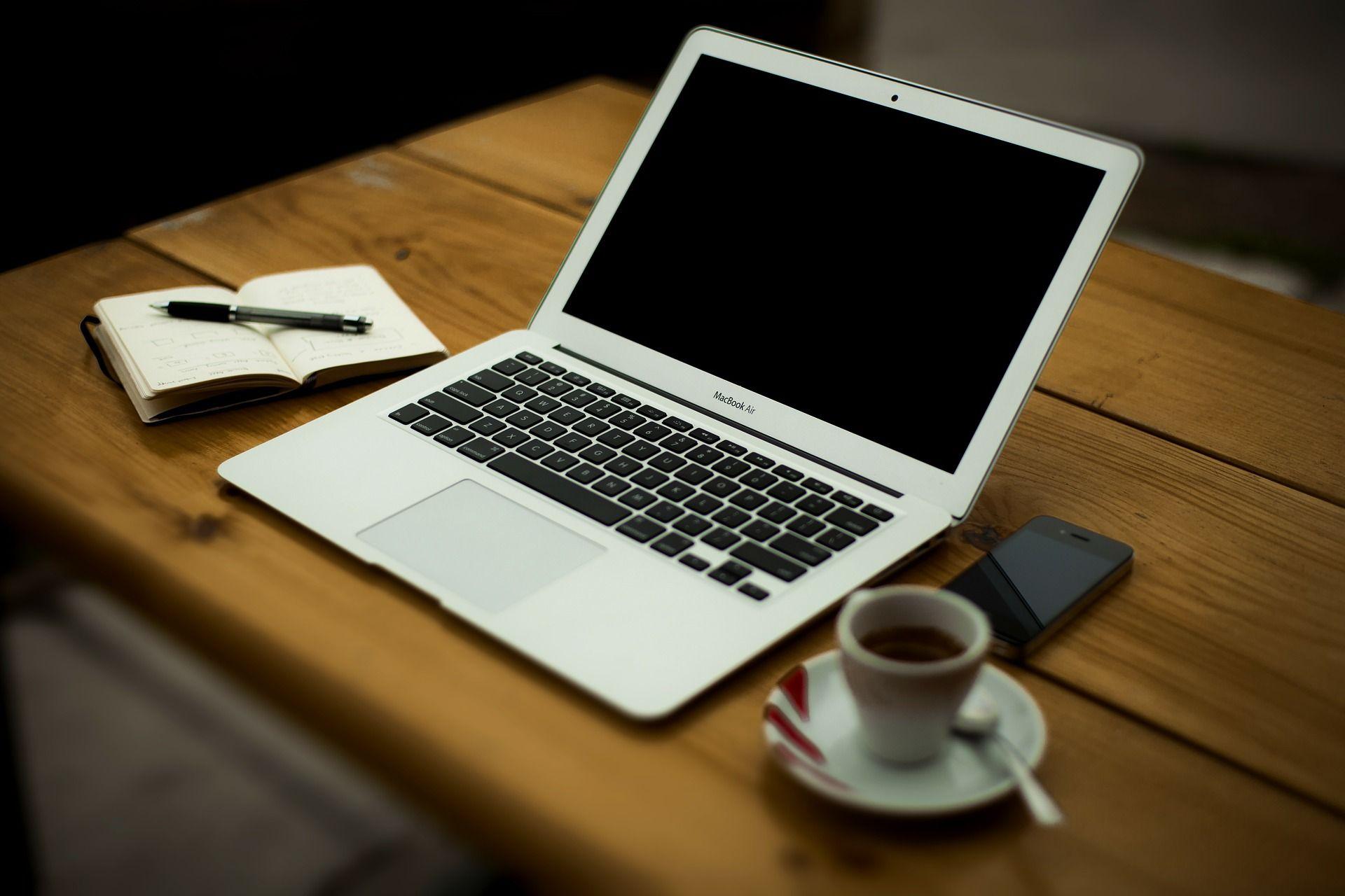 Escritorio lleno de aplicaciones para mejorar tu productividad