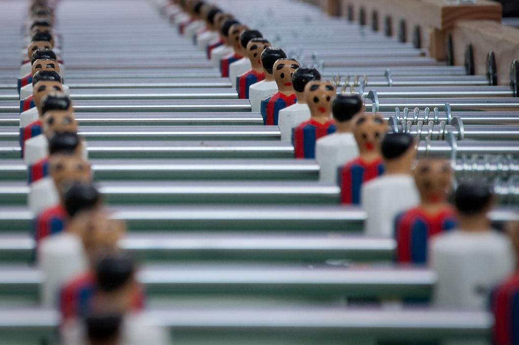mesa de futbolin disfrutando de bein y el mejor futbol online