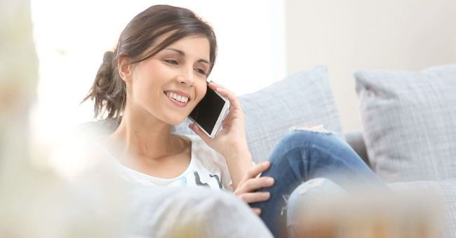 Mujer hablando con las llamadas ilimitadas de Jazztel