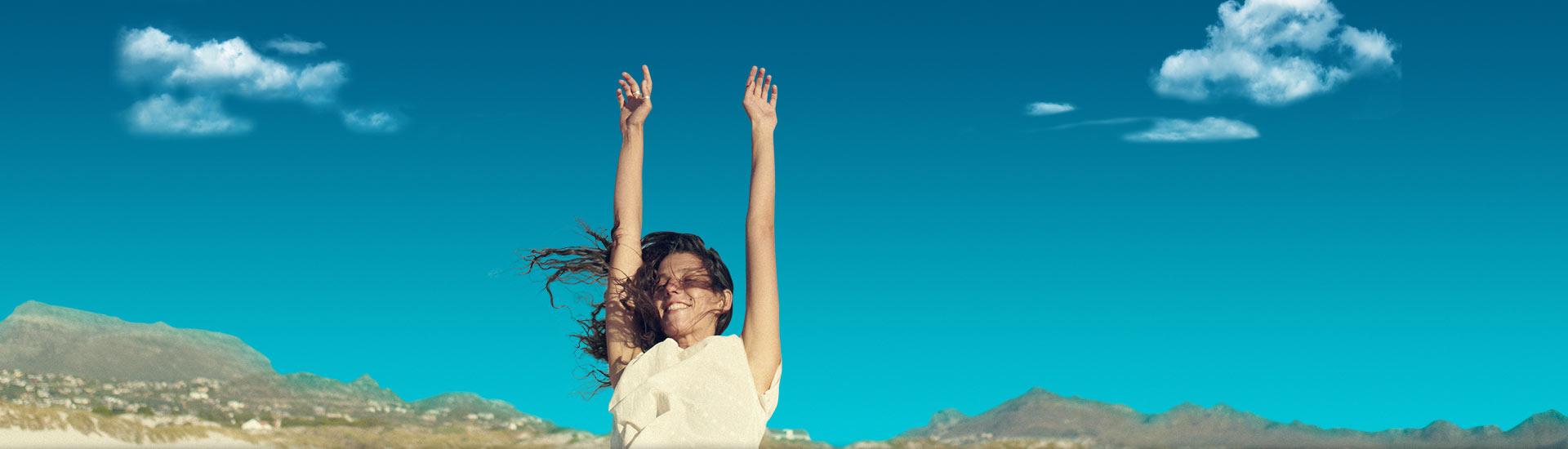 Chica levanta los brazos de alegría con las nuevas tarifas contrato Movistar