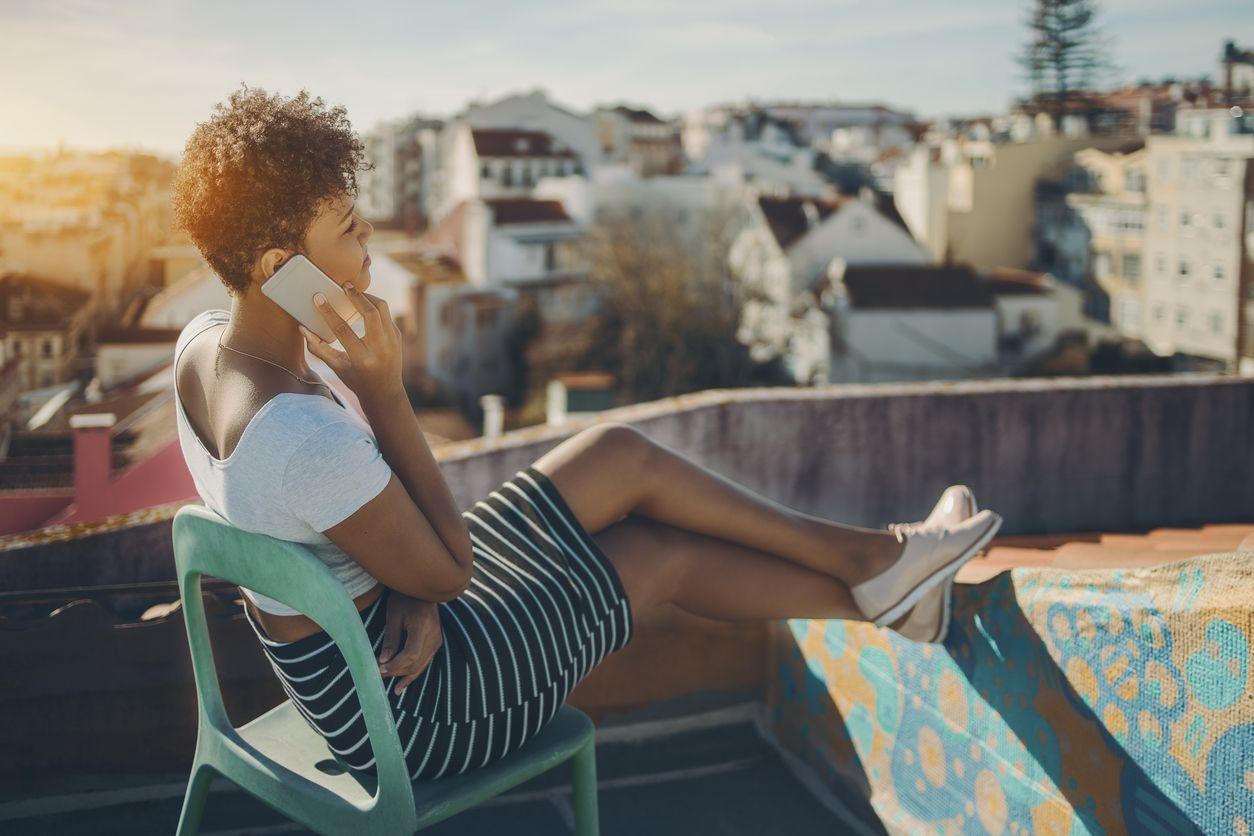 Chica consultando las tarifas para hablar y navegar