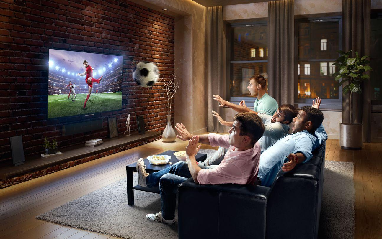 Amigos disfrutan de bein sports barato