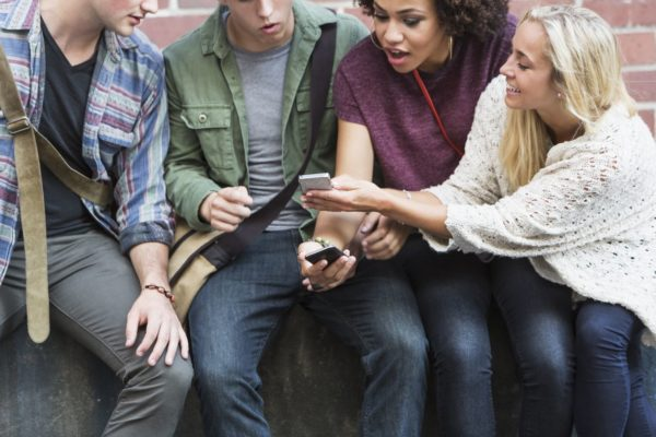 Chicos revisan aplicaciones Android para su smartphone